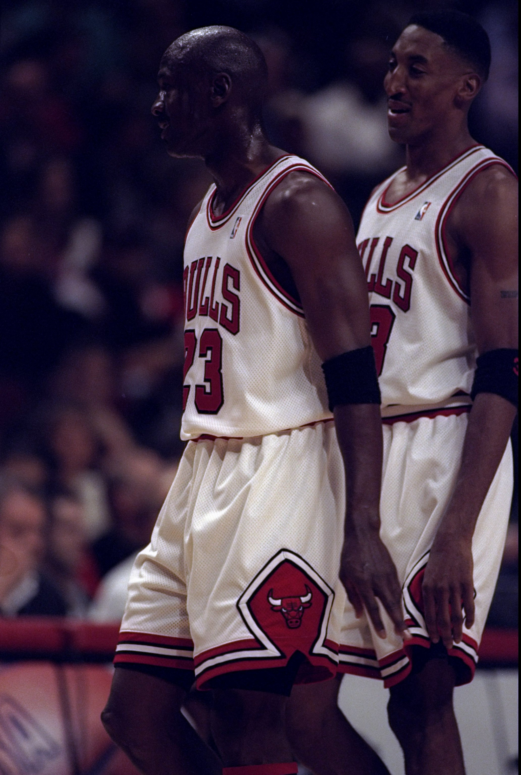 4af31c532f 5 Mar 1998: Guards Michael Jordan and Scottie Pippen of the Chicago Bulls  in action