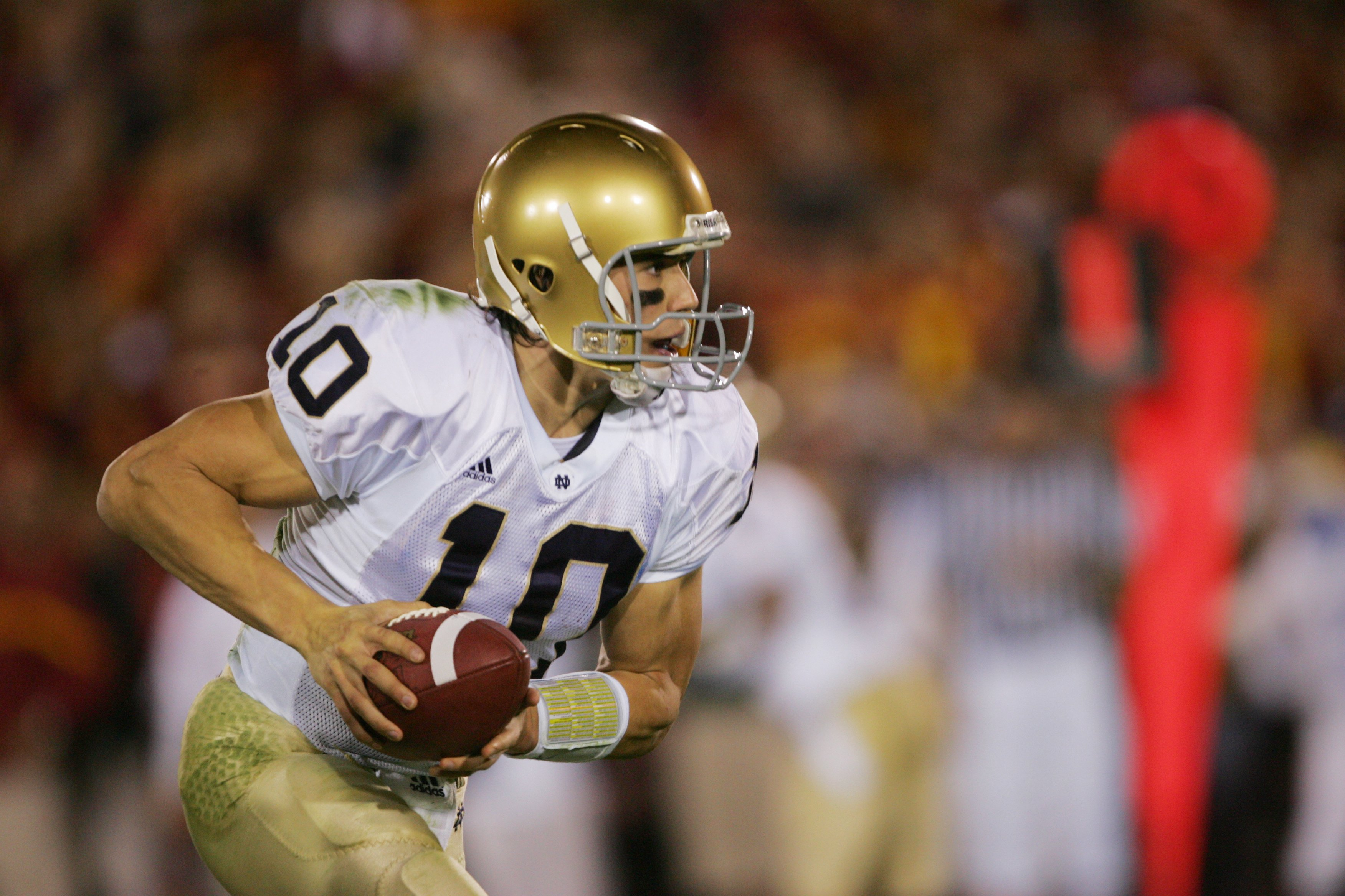 LOS ANGELES - NOVEMBER 25:  Quarterback Brady Quinn #10 of the Notre Dame Fighting Irish drops back against the USC Trojans at the Los Angeles Memorial Coliseum on November 25, 2006 in Los Angeles, California. USC won 44-24. (Photo by Stephen Dunn/Getty I