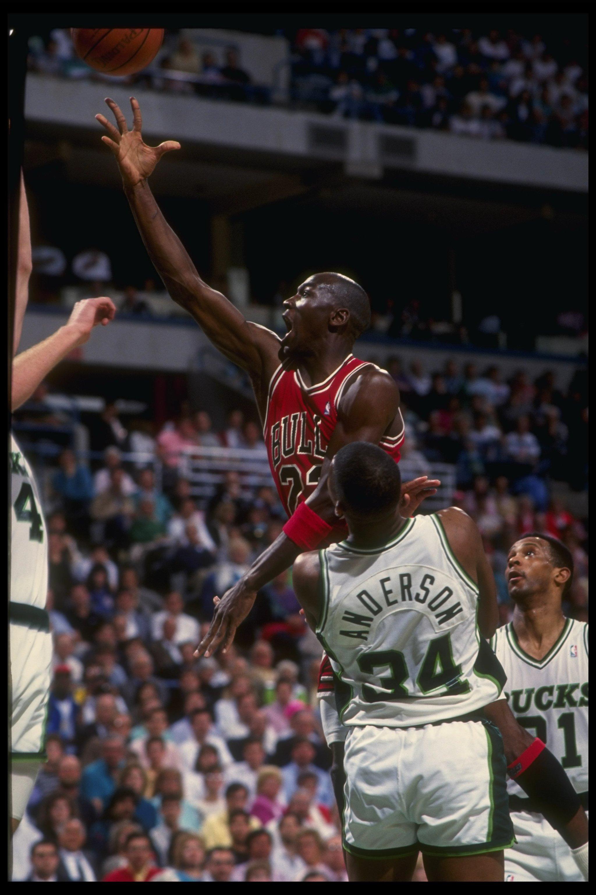 the best attitude e5c7d 03a71 1988-89  Guard Michael Jordan of the Chicago Bulls (center).