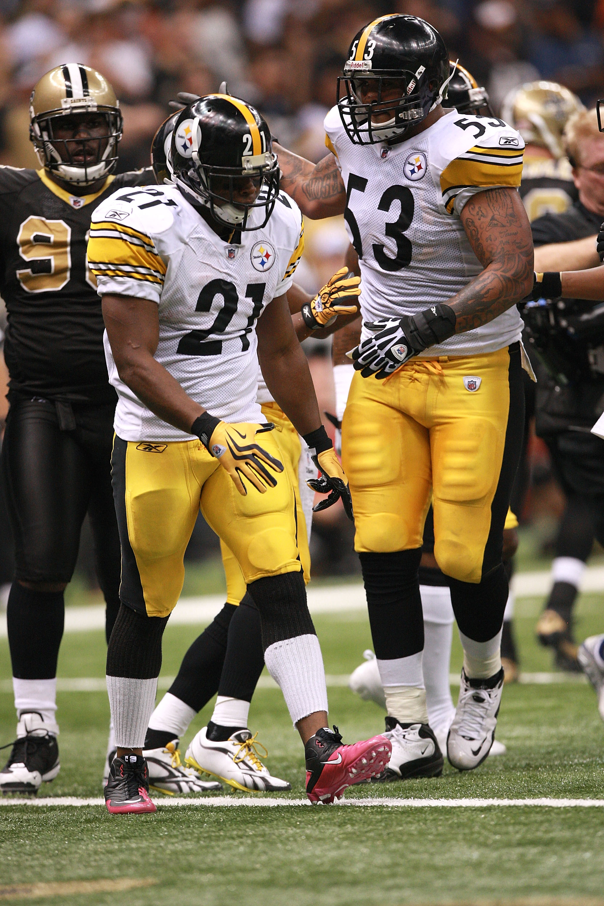 NEW ORLEANS - OCTOBER 31:  Maurkice Pouncey #53 congratulates Mewelde Moore #21 of the Pittsburgh Steelers during their game against the New Orleans Saints at Louisiana Superdome on October 31, 2010 in New Orleans, Louisiana.  The Saints won 20-10 over th