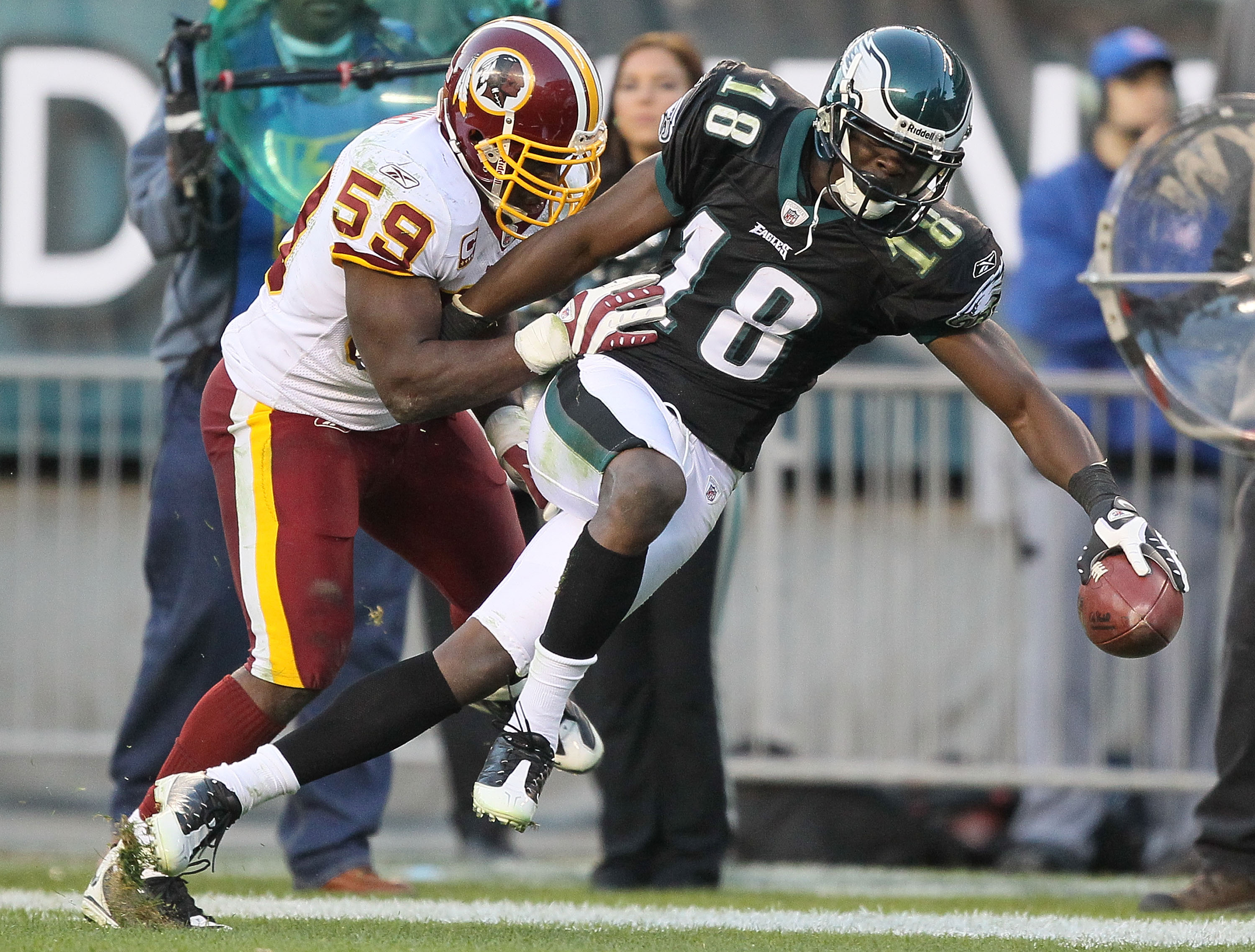 PHILADELPHIA - NOVEMBER 29:  Jeremy Maclin #18 of the Philadelphia Eagles makes a catch and is pushed out of bounds by London Fletcher #59 of the Washington Redskins during their game at Lincoln Financial Field on November 29, 2009 in Philadelphia, Pennsy