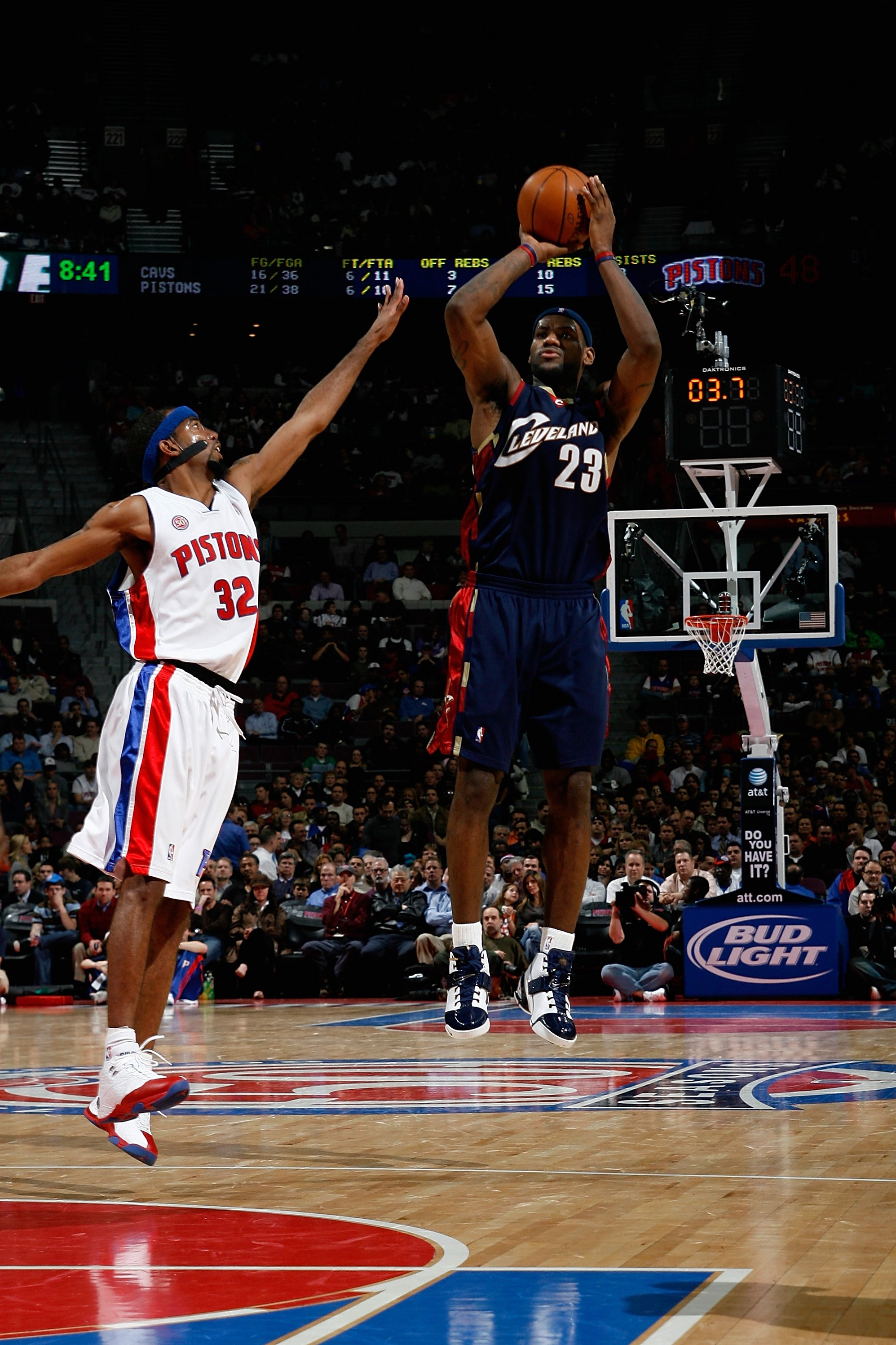 AUBURN HILLS, MI - NOVEMBER 28: LeBron James #23 of the Cleveland Cavaliers shoots over Richard Hamilton #32 of the Detroit Pistons during the game on November 28, 2007 at the Palace of Auburn Hills in Auburn Hills, Michigan.  The Pistons won 109-74.   NO