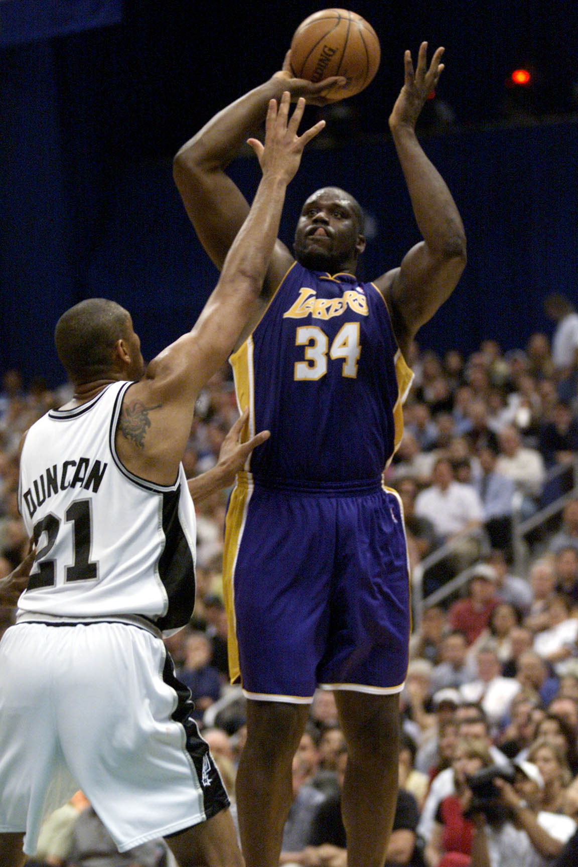 21 May 2001:  Shaquille O''Neal #34 of the Los Angeles Lakers puts a shot up against Tim Duncan #21 of the San Antonio Spurs in game two of the western conference finals at the Alamodome in San Antonio, Texas.  The Lakers won 88-81.  DIGITAL IMAGE. Mandat
