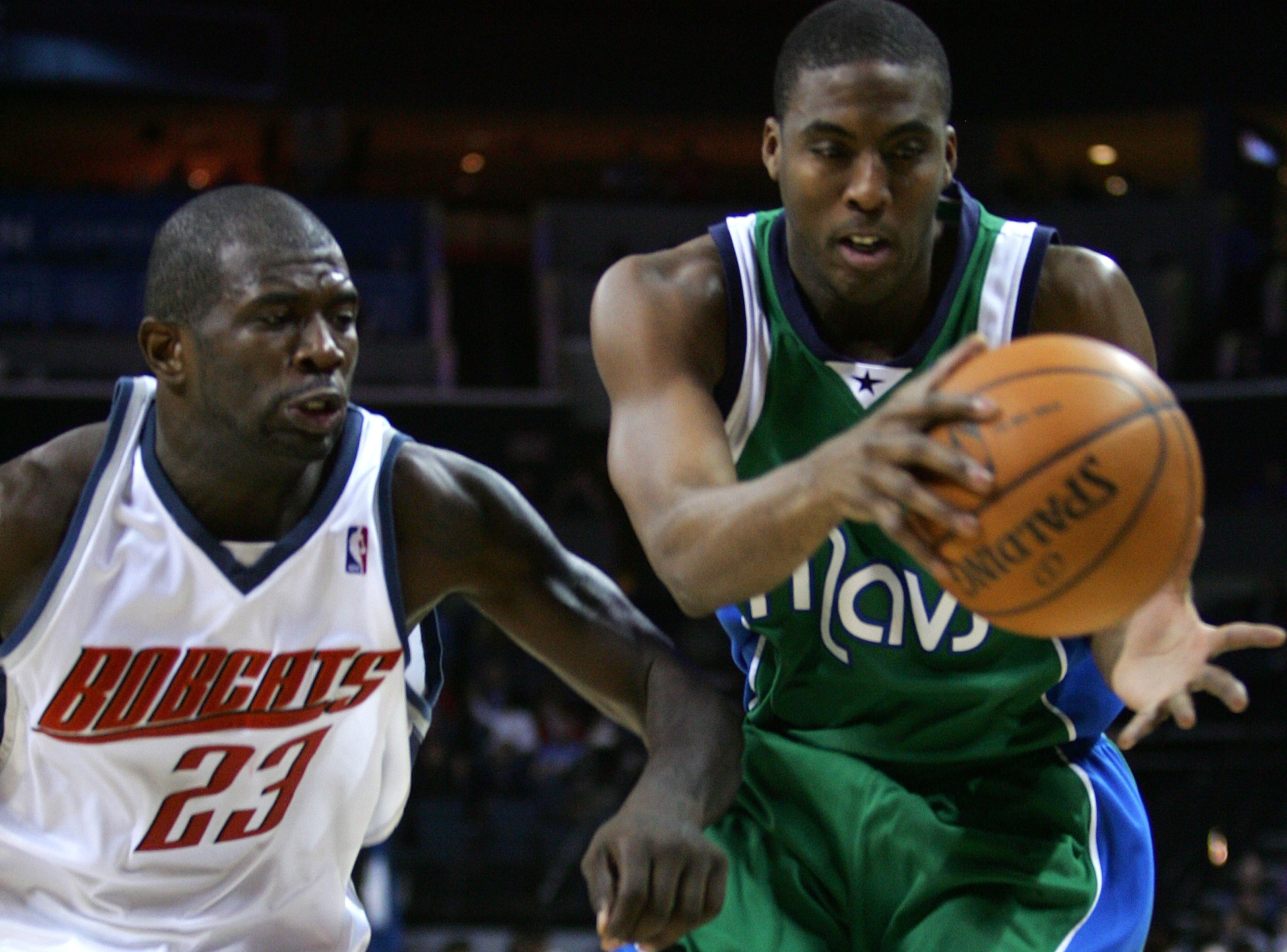 CHARLOTTE, NC - JANUARY 23:  Eddie Jones #6 of the Dallas Mavericks battles for the ball with Jason Richardson #23 of Charlotte Bobcats during their game at Bobcats Arena on January 23, 2008 in Charlotte, North Carolina.  (Photo by Streeter Lecka/Getty Im