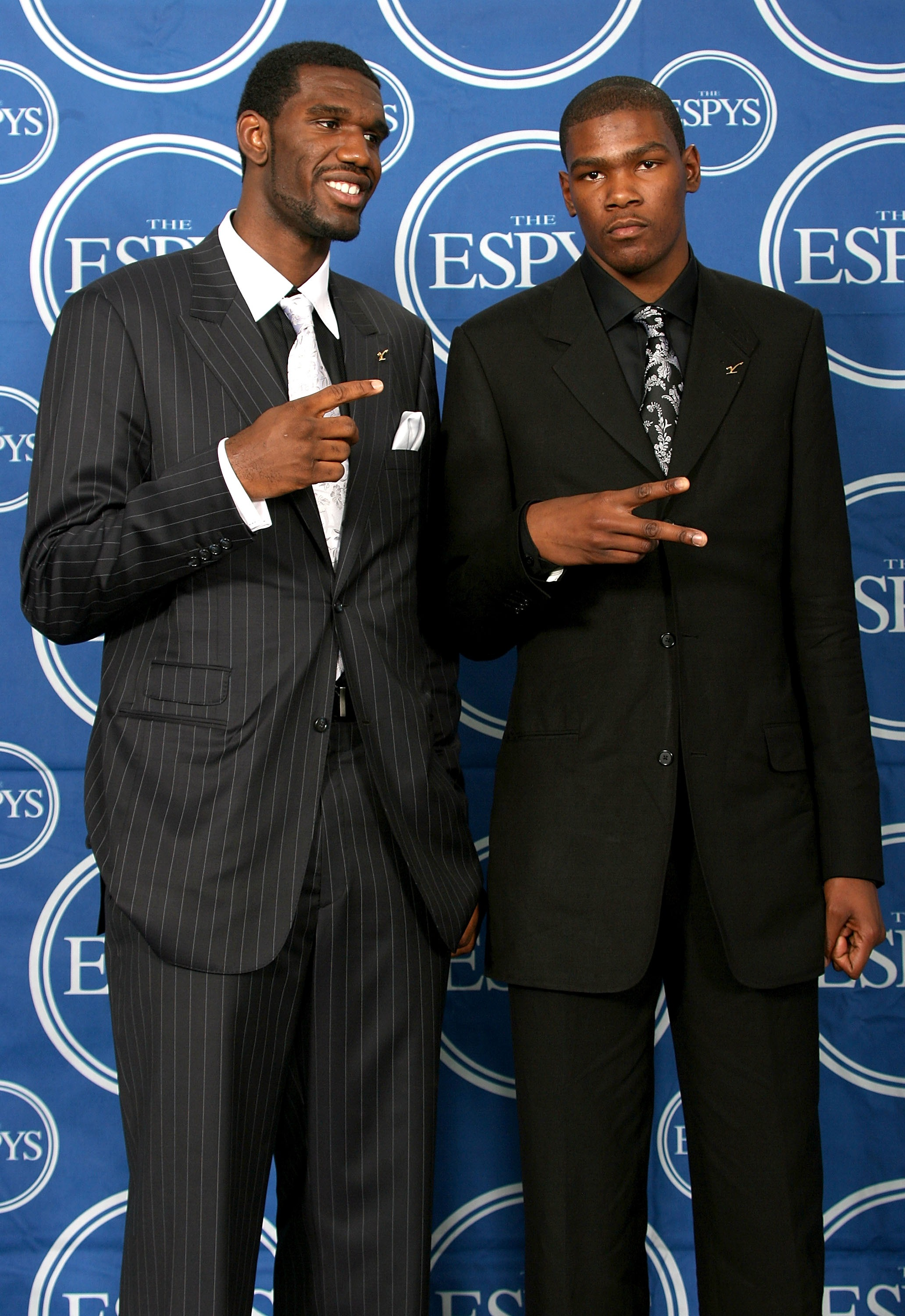 HOLLYWOOD - JULY 11:  NBA players Greg Oden  (L) and Kevin Durant pose for photos in the press room during the 2007 ESPY Awards at the Kodak Theatre on July 11, 2007 in Hollywood, California.  (Photo by Frederick M. Brown/Getty Images)