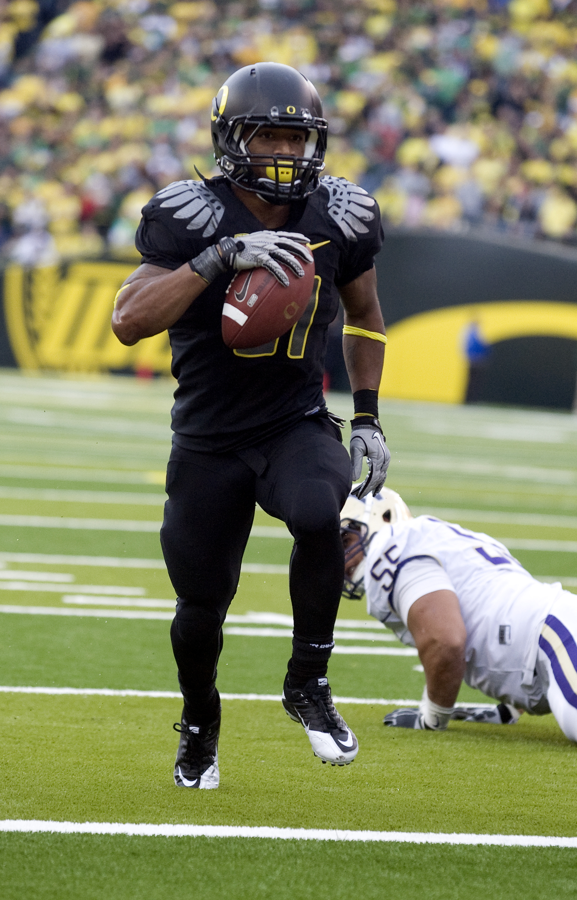 EUGENE, OR - NOVEMBER 6: Running back LaMichael James #21 of the Oregon Ducks steps into the end zone past defensive tackle Sione Potoa'e #55 of the Washington Huskies in the fourth quarter of the game at Autzen Stadium on November 6, 2010 in Eugene, Oreg