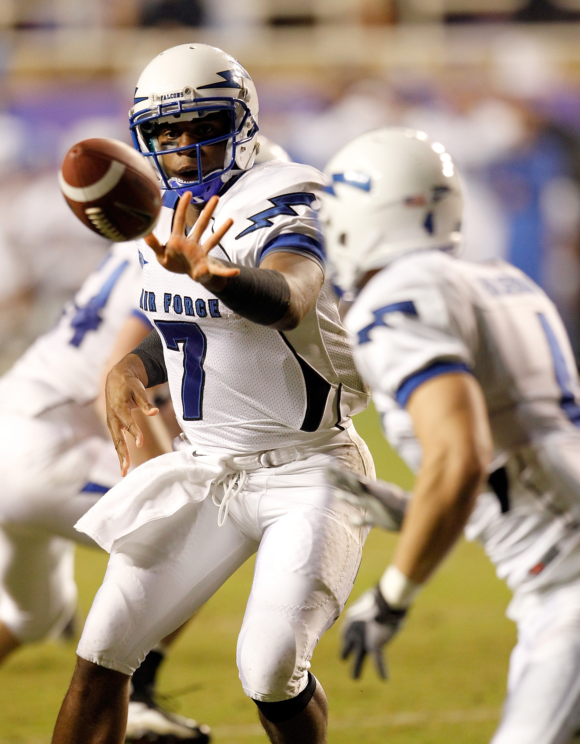 FORT WORTH, TX - OCTOBER 23:  Quarterback Tim Jefferson Jr. #7 of the Air Force Falcons pitches the ball to a receiver against the TCU Horned Frogs at Amon G. Carter Stadium on October 23, 2010 in Fort Worth, Texas.  (Photo by Tom Pennington/Getty Images)