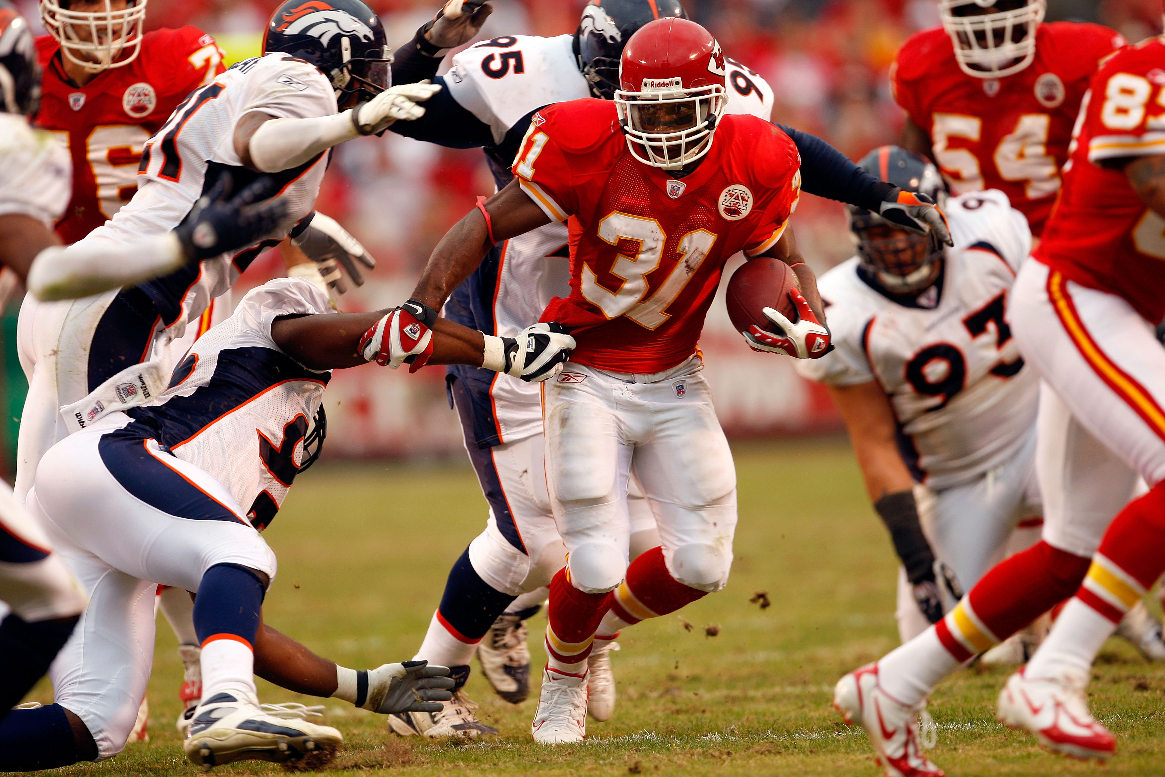 KANSAS CITY, MO - NOVEMBER 11:  Priest Holmes #31 of the Kansas City Chiefs carries the ball during the second half of the game against the Denver Broncos on November 11, 2007 at Arrowhead Stadium in Kansas City, Missouri.  (Photo by Jamie Squire/Getty Im
