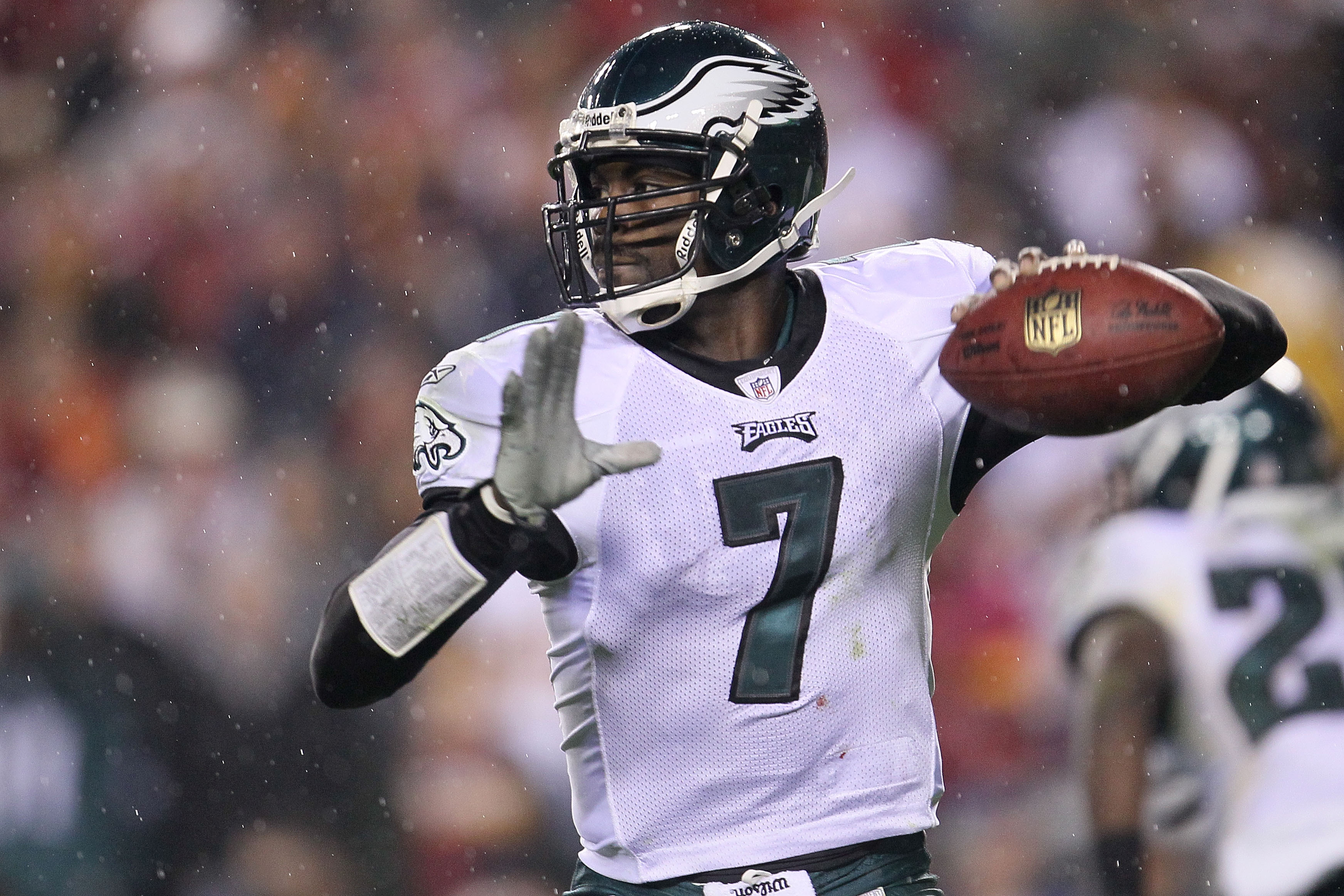 LANDOVER, MD - NOVEMBER 15:  Michael Vick #7 of the Philadelphia Eagles throws a pass against the Washington Redskins on November 15, 2010 at FedExField in Landover, Maryland.  (Photo by Chris McGrath/Getty Images)