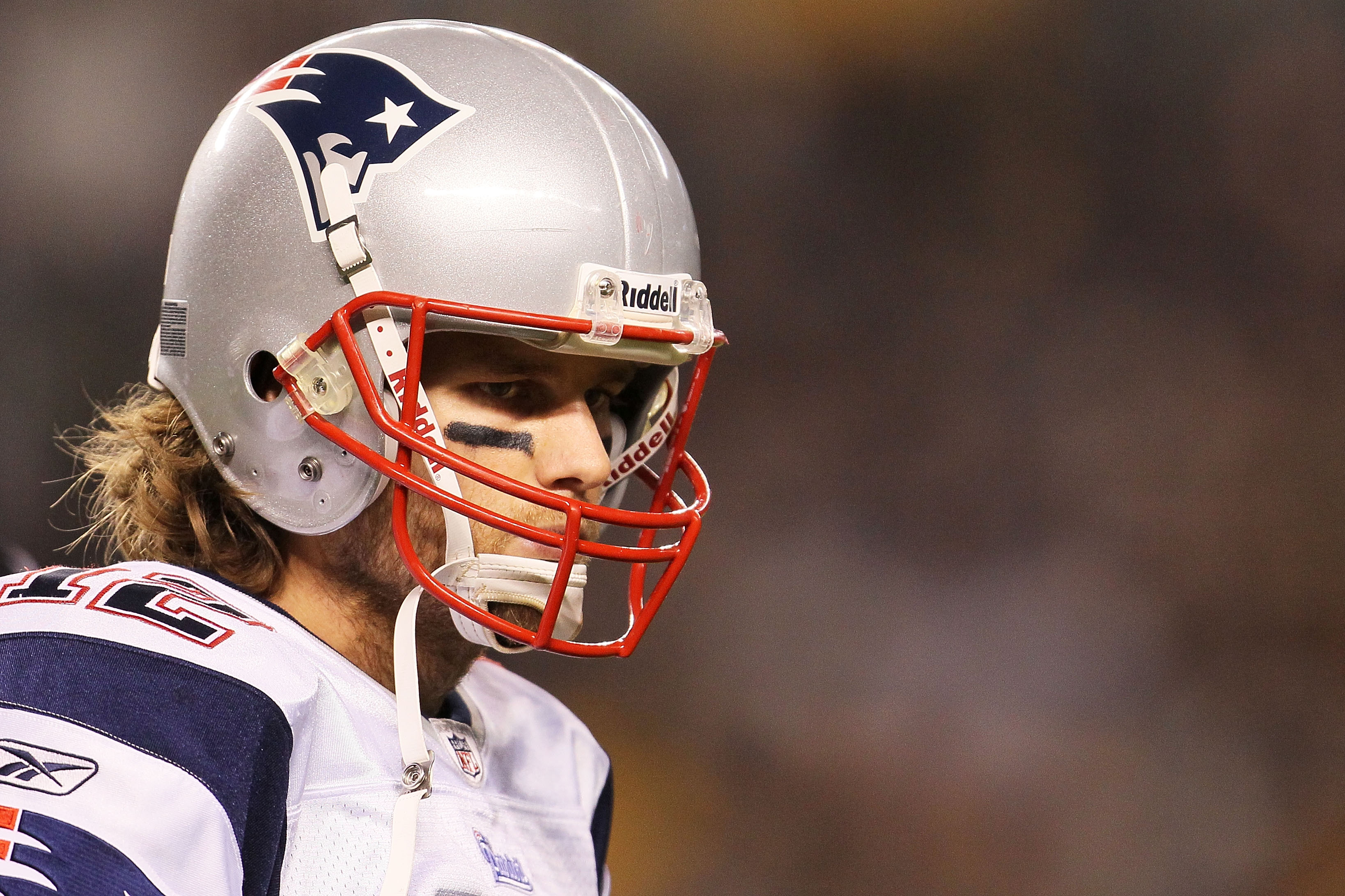 PITTSBURGH - NOVEMBER 14:  Tom Brady #12 of the New England Patriots waits for play to resume against the Pittsburgh Steelers on November 14, 2010 at Heinz Field in Pittsburgh, Pennsylvania.  (Photo by Chris McGrath/Getty Images)