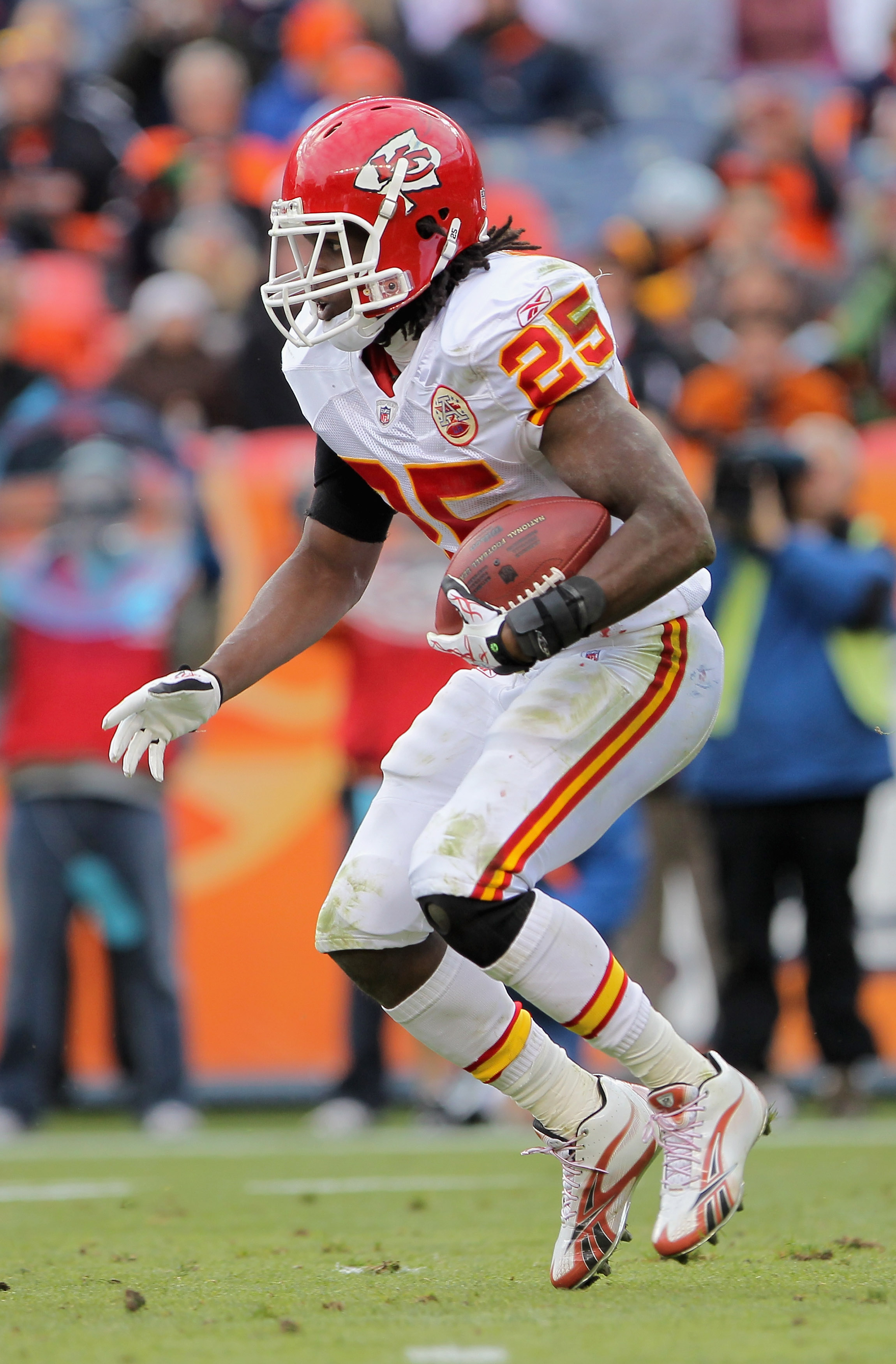 DENVER - NOVEMBER 14:  Running back Jamaal Charles #25 of the Kansas City Chiefs rushes against the Denver Broncos at INVESCO Field at Mile High on November 14, 2010 in Denver, Colorado. The Broncos defeated the Chiefs 49-29.  (Photo by Doug Pensinger/Get