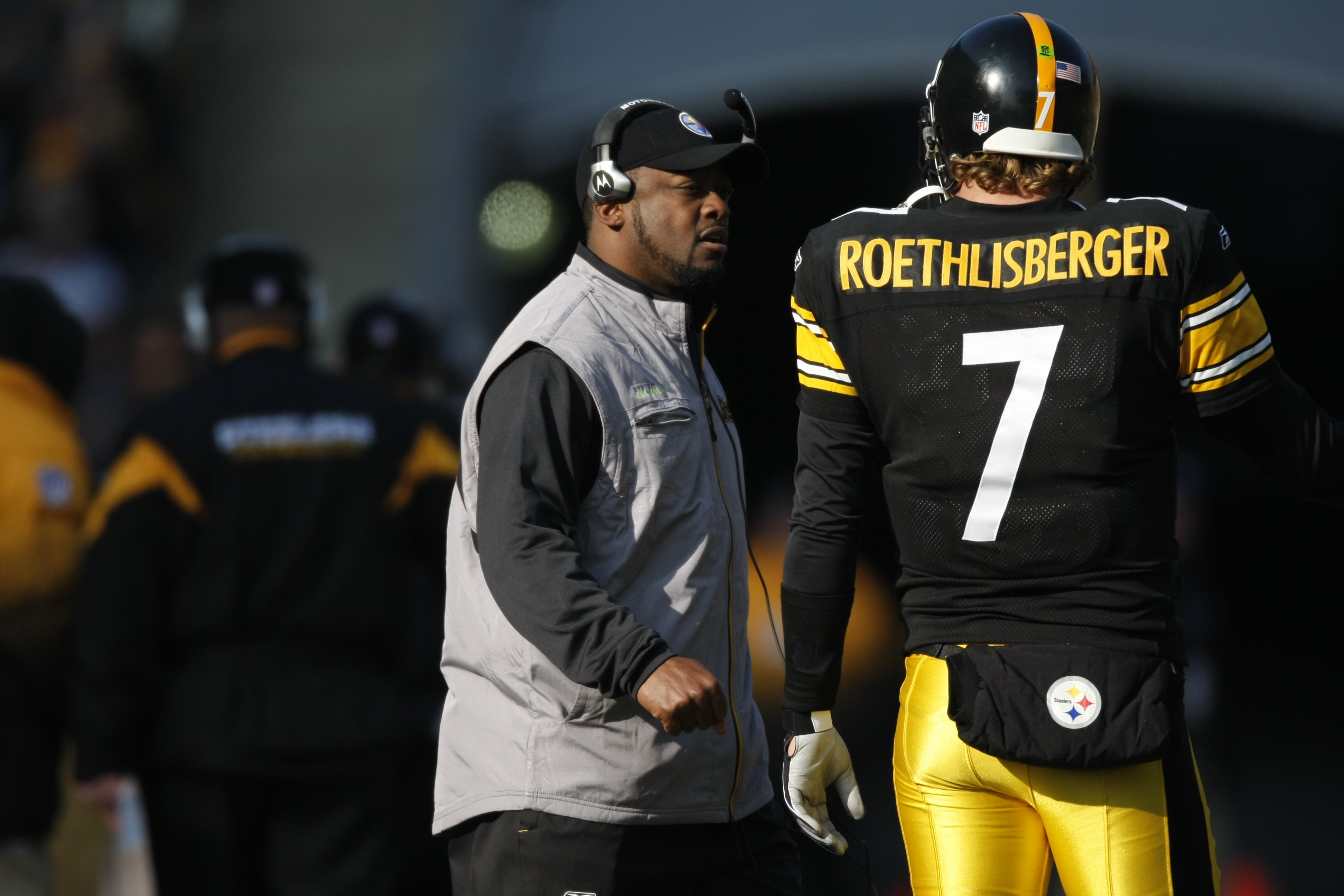 PITTSBURGH - DECEMBER 06:  Head coach Mike Tomlin of the Pittsburgh Steelers speaks with Ben Roethlisberger #7 during the game against the Oakland Raiders on December 6, 2009 at Heinz Field in Pittsburgh, Pennsylvania.  (Photo by Gregory Shamus/Getty Imag
