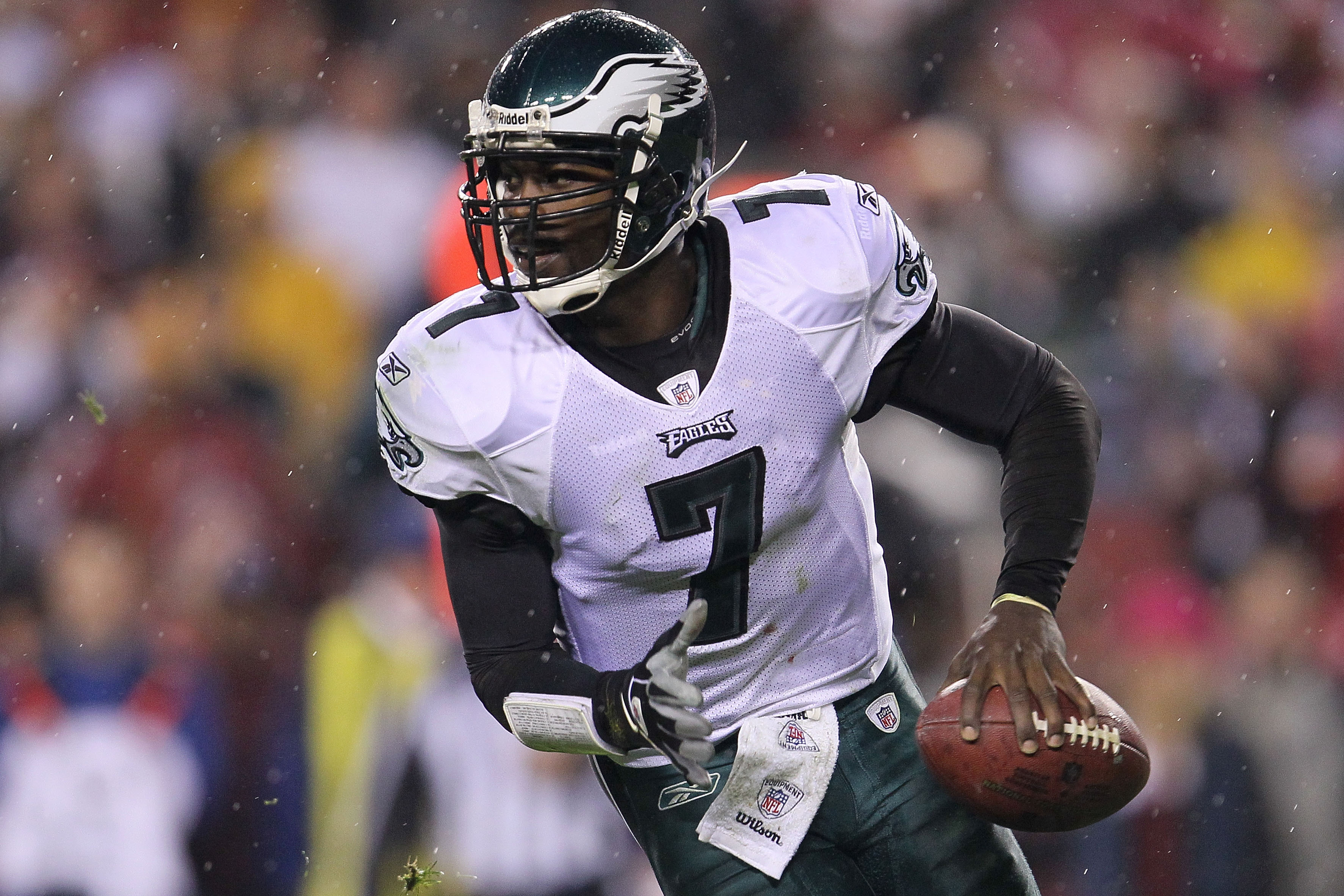 LANDOVER, MD - NOVEMBER 15:  Michael Vick #7 of the Philadelphia Eagles looks to pass against the Washington Redskins on November 15, 2010 at FedExField in Landover, Maryland.  (Photo by Chris McGrath/Getty Images)