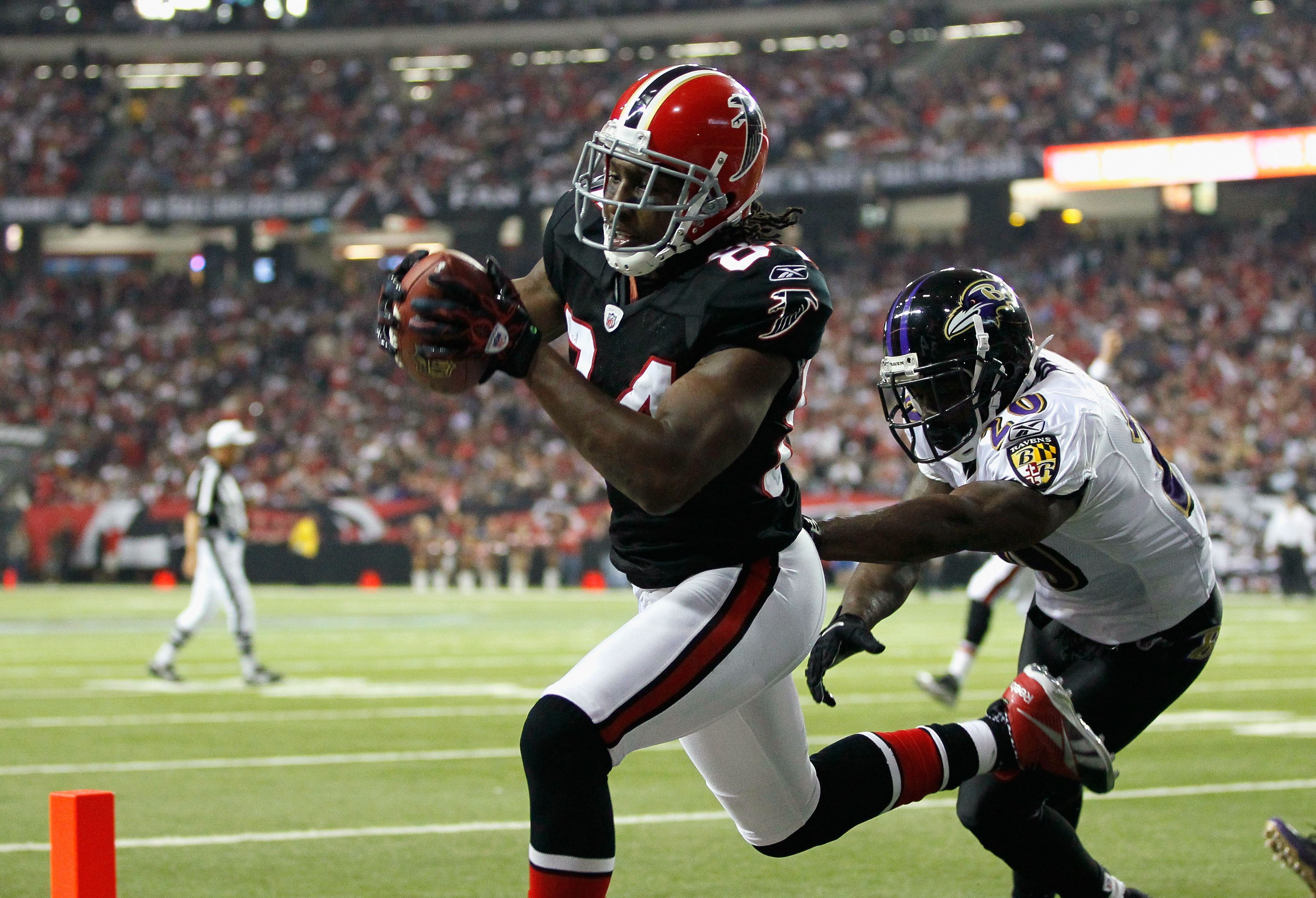 ATLANTA - NOVEMBER 11:  Roddy White #84 of the Atlanta Falcons pulls in this touchdown reception against Ed Reed #20 of the Baltimore Ravens at Georgia Dome on November 11, 2010 in Atlanta, Georgia.  (Photo by Kevin C. Cox/Getty Images)