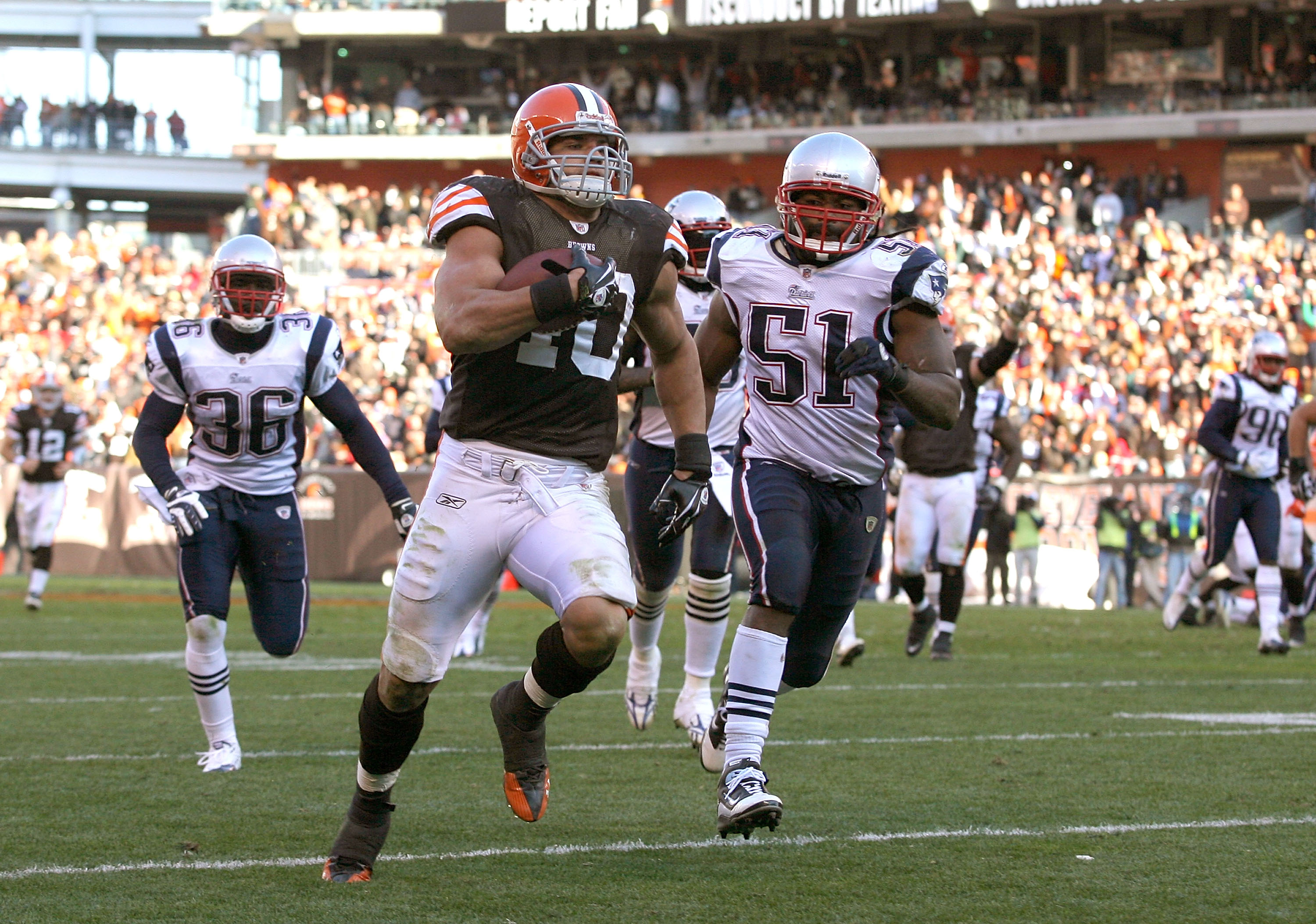 CLEVELAND - NOVEMBER 07:  Running back Peyton Hillis #40 of the Cleveland Browns scores a touchdown in front of Jerod Mayo #51 of the New England Patriots at Cleveland Browns Stadium on November 7, 2010 in Cleveland, Ohio.  (Photo by Matt Sullivan/Getty I