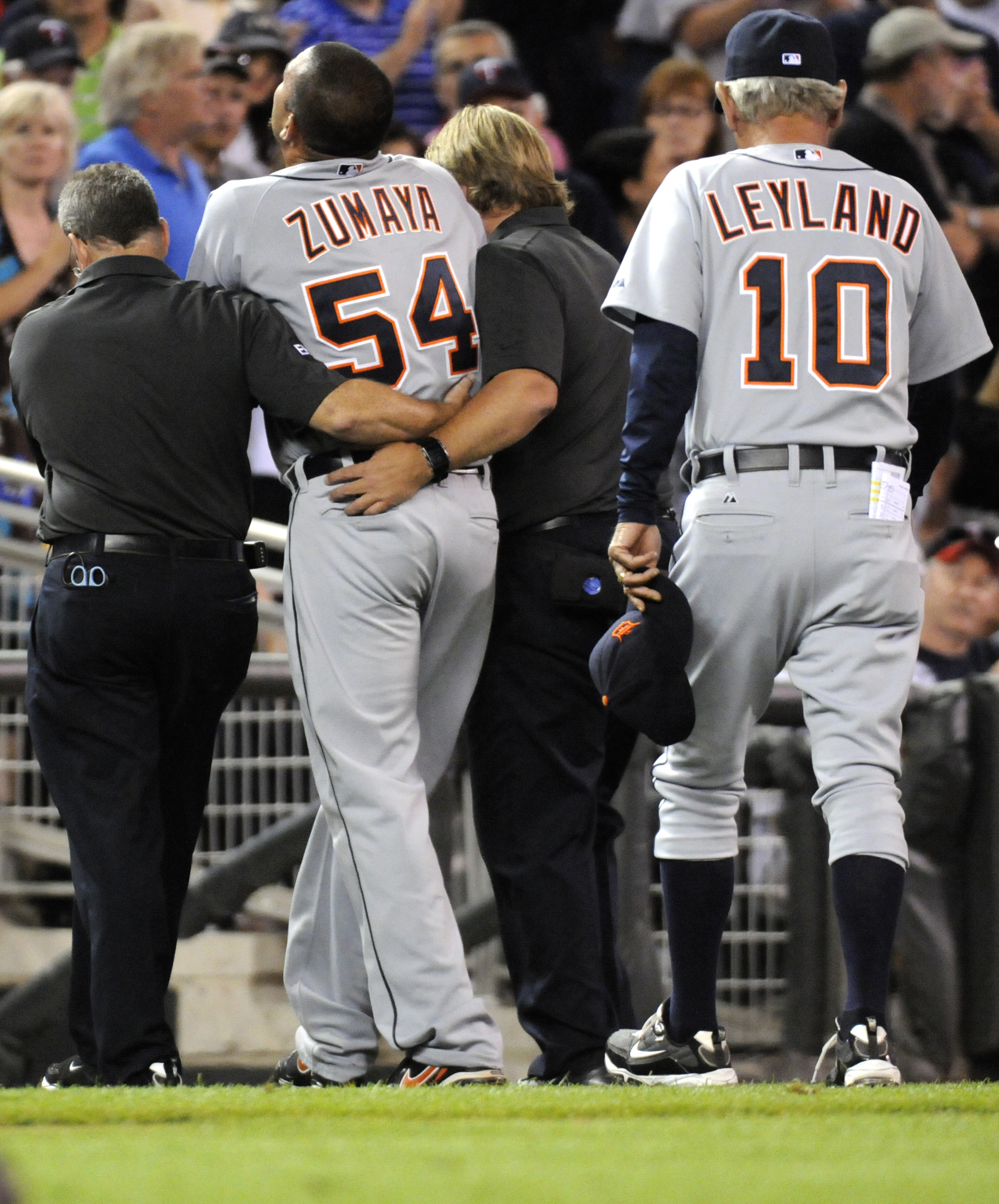 MINNEAPOLIS, MN - JUNE 28:  Manager Jim Leyland #10 of the Detroit Tigers follows Joel Zumaya #54 of the Detroit Tigers, with the assistance of trainers, off the field after falling to the ground clutching his elbow in the eighth inning against the Minnes