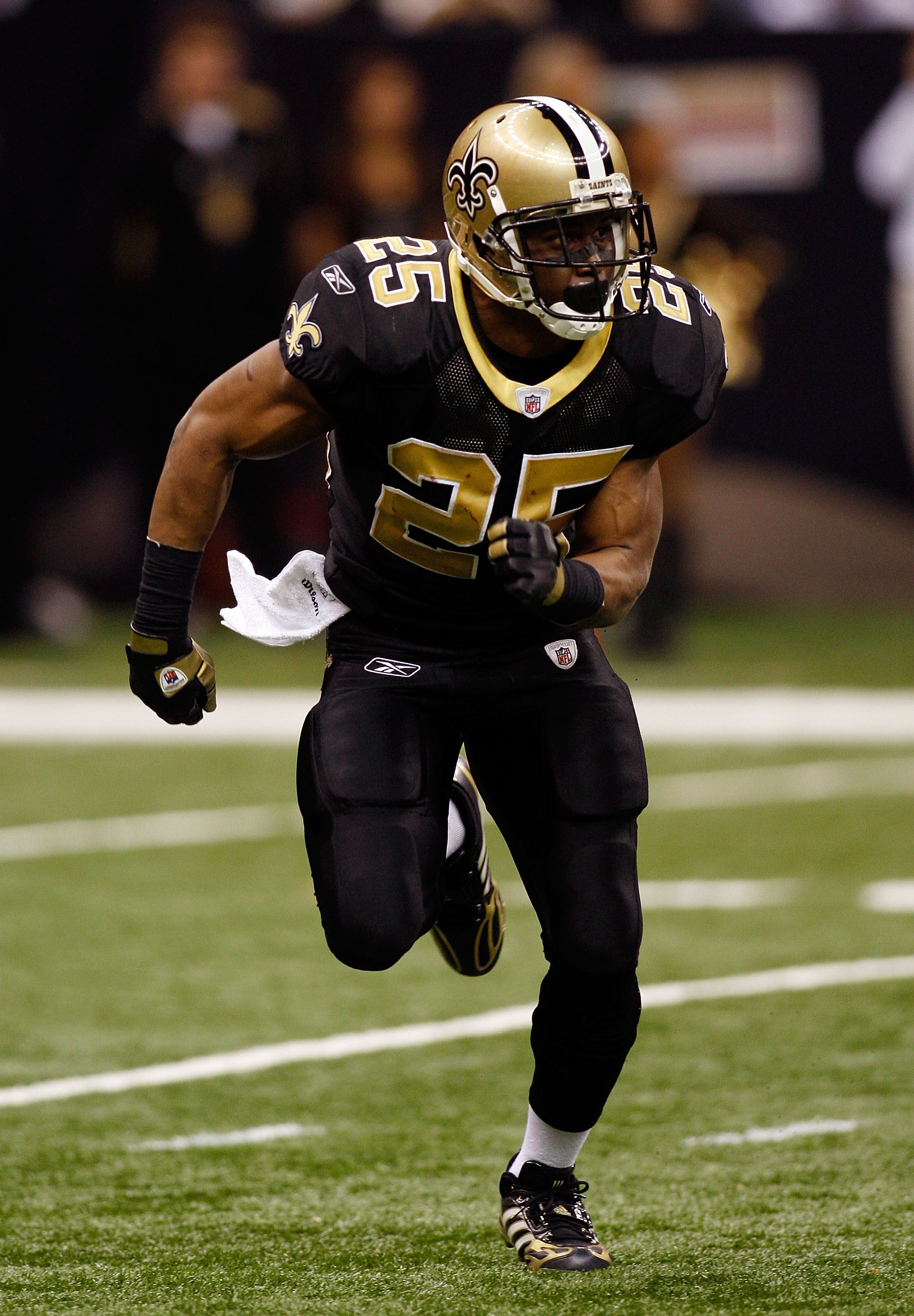 NEW ORLEANS - DECEMBER 07:  Reggie Bush #25 of the New Orleans Saints runs downfield against  the Atlanta Falcons on December 7, 2008 at the Superdome in New Orleans, Louisiana.  (Photo by Chris Graythen/Getty Images)