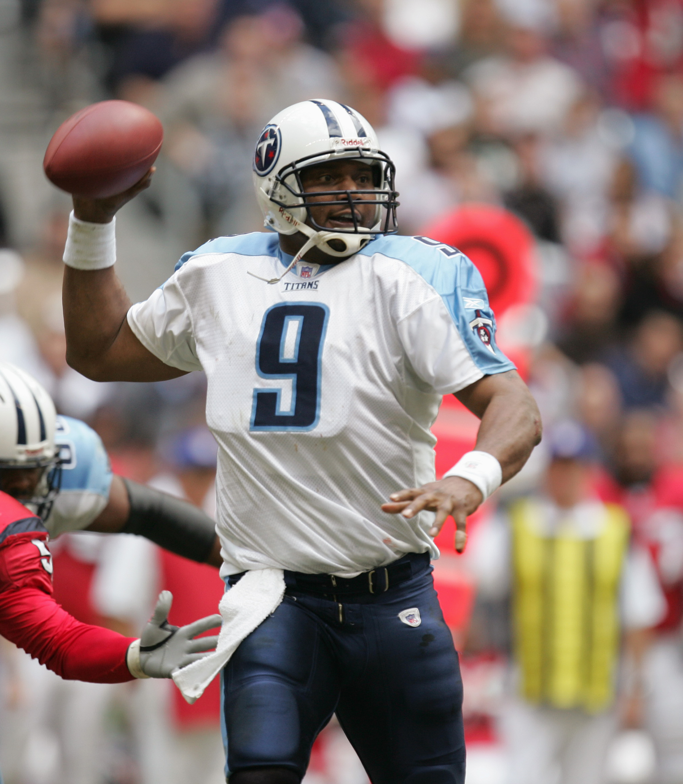 HOUSTON - NOVEMBER 28:  Quarterback Steve McNair #9 of the Tennessee Titans sets to pass during the game against the Houston Texans on November 28, 2004 at Reliant Stadium in Houston, Texas. The Texans defeated the Titans 31-21. (Photo by Ronald Martinez/