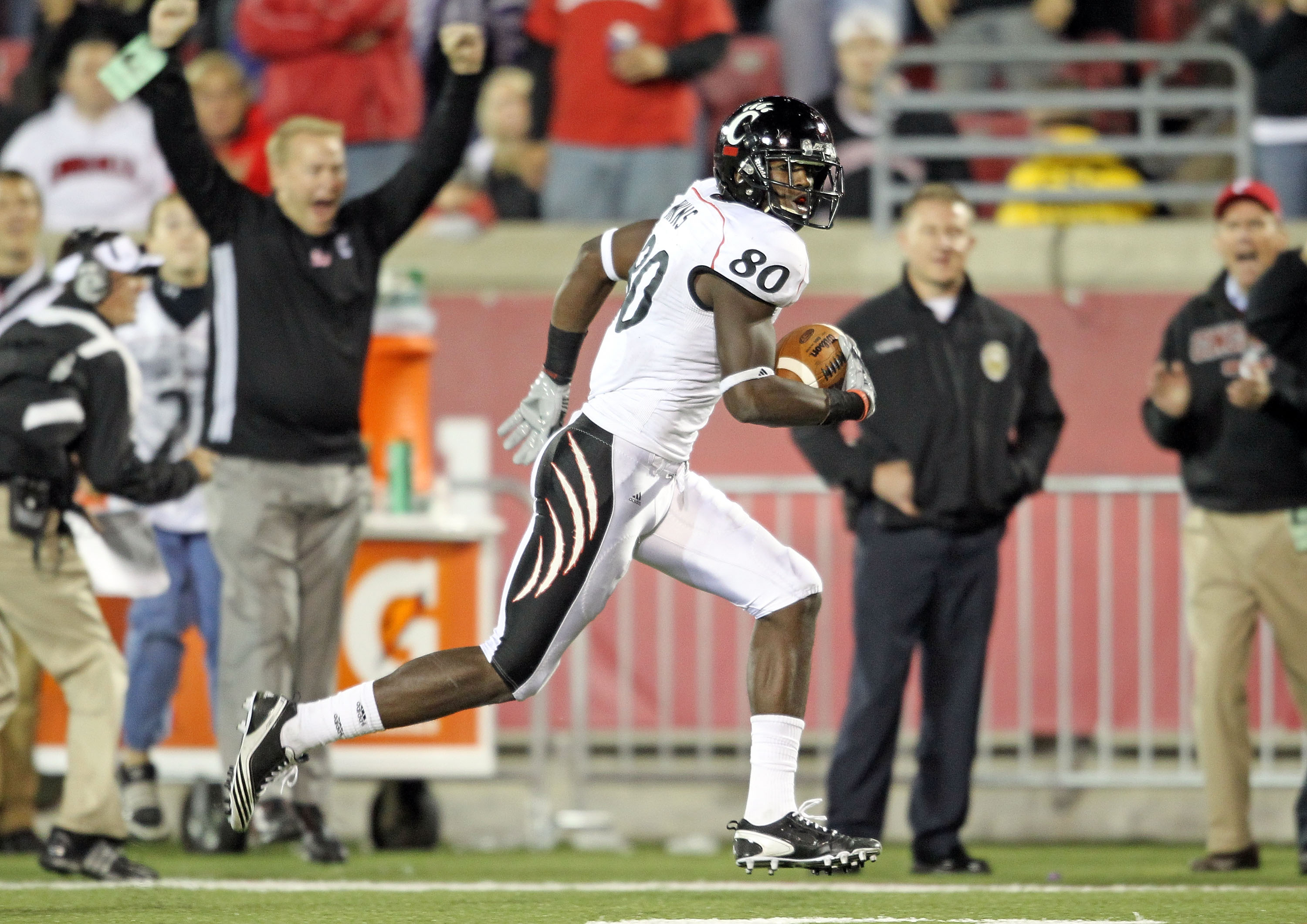 LOUISVILLE, KY - OCTOBER 15:  Armon Binns # 80 of the Cincinnati Bearcats runs for a touchdown during the Big East Conference game against the Louisville Cardinals at Papa John's Cardinal Stadium on October 15, 2010 in Louisville, Kentucky.  (Photo by And