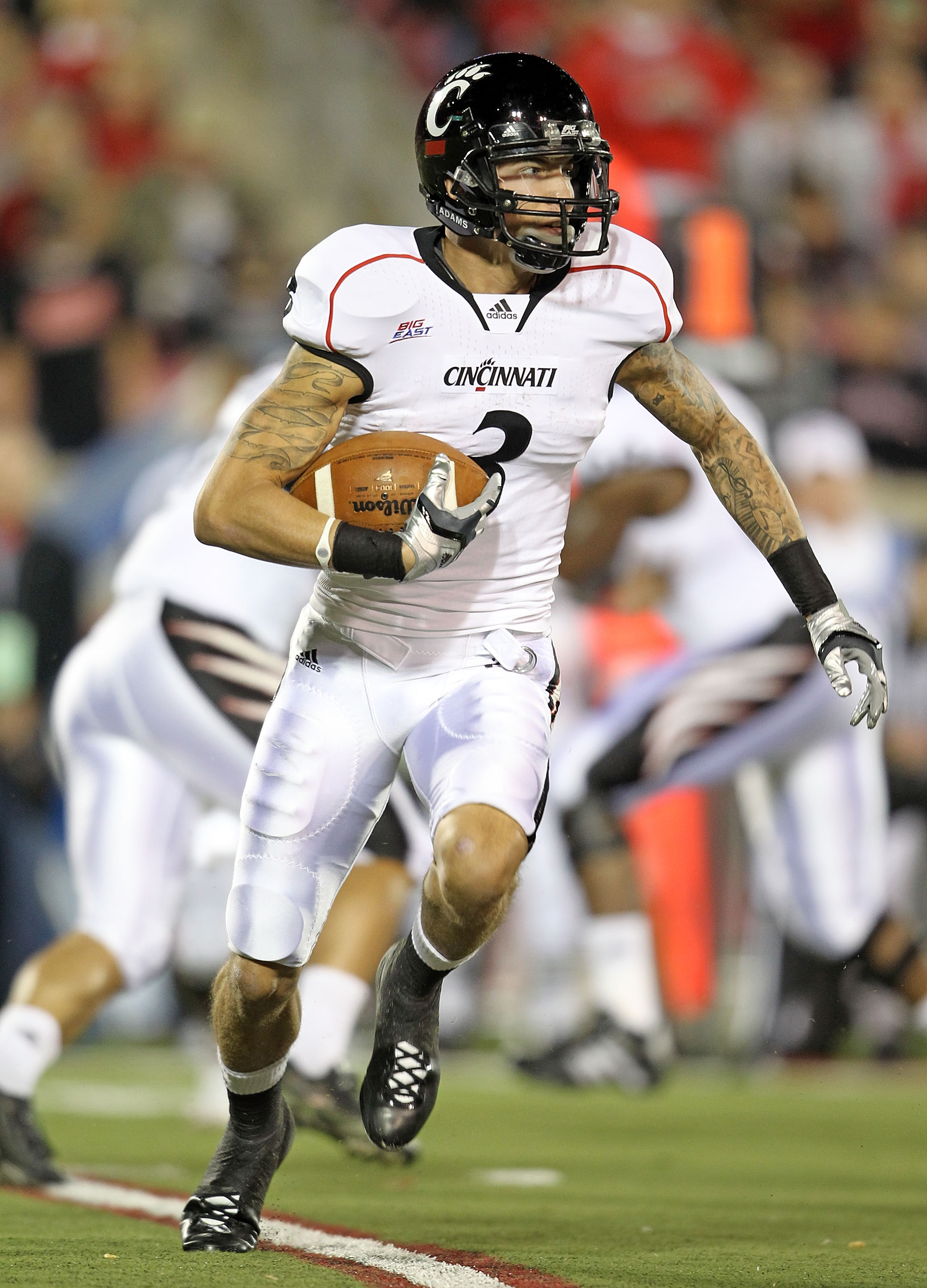 LOUISVILLE, KY - OCTOBER 15:  D J Woods #3 of the Cincinnati Bearcats runs with the ball during the Big East Conference game against the Louisville Cardinals at Papa John's Cardinal Stadium on October 15, 2010 in Louisville, Kentucky.  (Photo by Andy Lyon