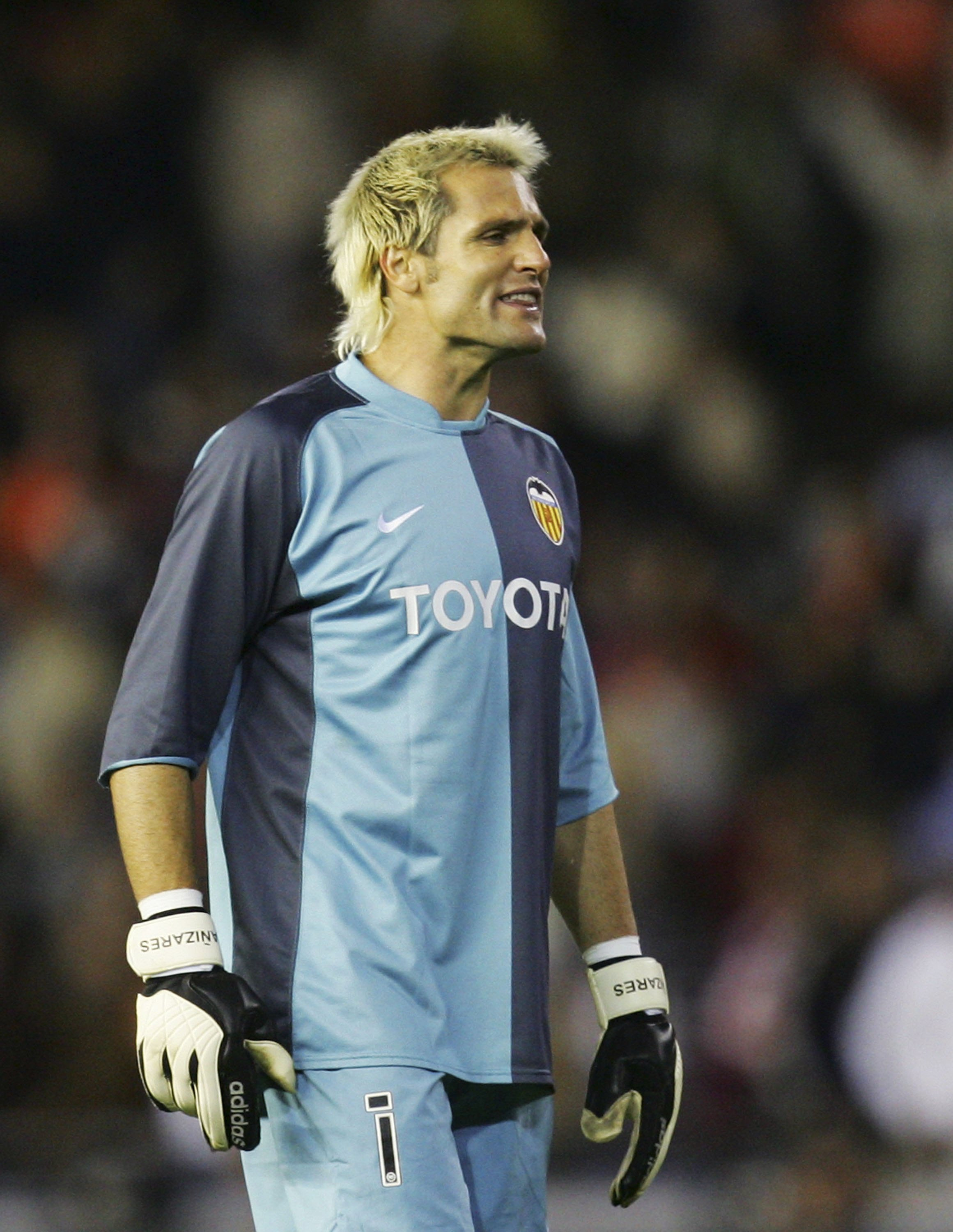 VALENCIA, SPAIN - NOVEMBER 26: Santiago Canizares of Valencia reacts after his side lost 1-0 to Real Madrid during their La Liga match between Valencia and Real Madrid at the Mestalla stadium on November 26, 2006 in Valencia, Spain.  (Photo by Denis Doyle