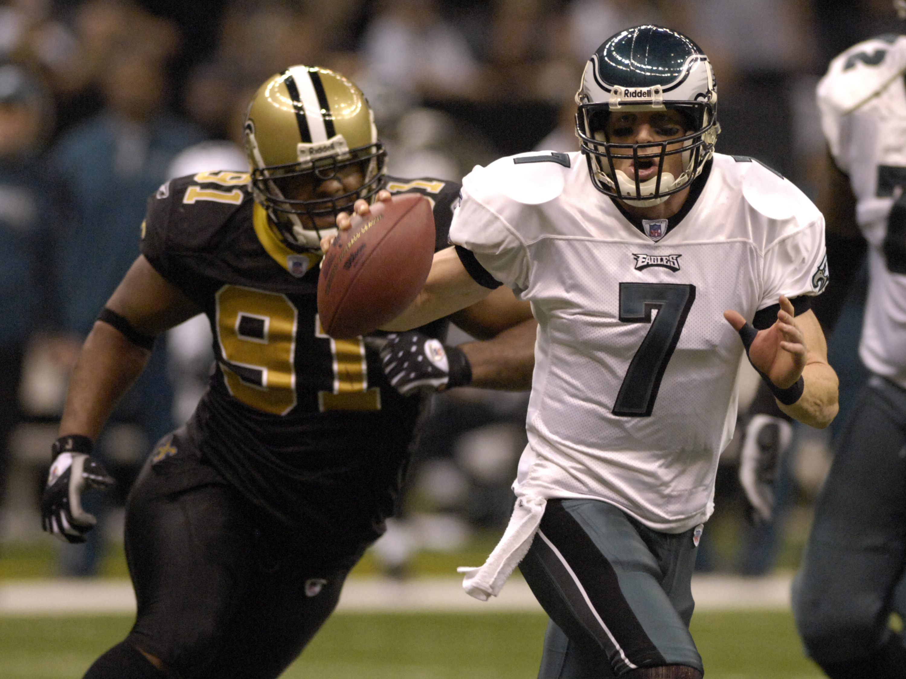 Philadelphia Eagles quarterback Jeff Garcia scrambles for a gain against the New Orleans Saints  in an NFL second-round playoff game on January 13, 2007 in the Superdome in New Orleans, Louisiana.  (Photo by Al Messerschmidt/Getty Images)