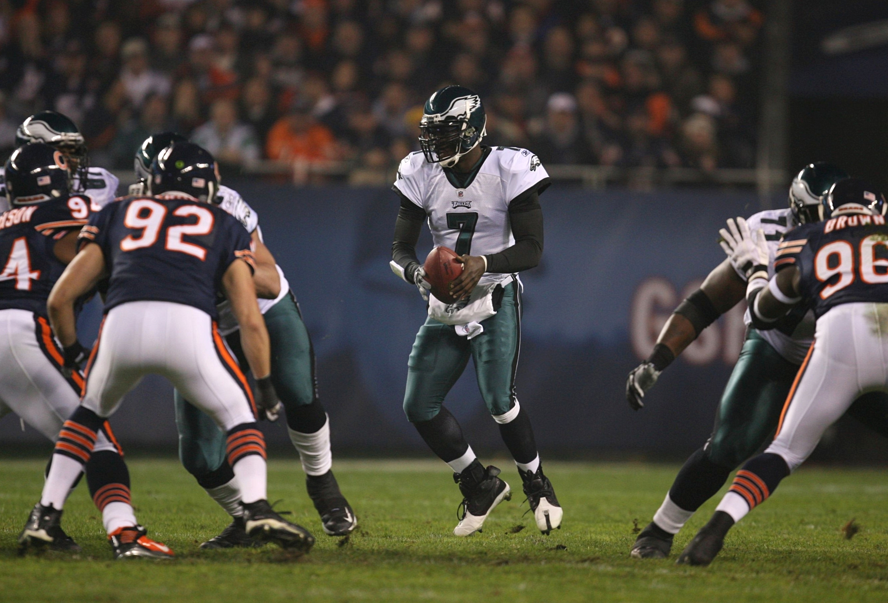 CHICAGO - NOVEMBER 22: Michael Vick #7 of the Philadelphia Eagles takes a direct sanp in the first quarter against the Chicago Bears at Soldier Field on November 22, 2009 in Chicago, Illinois.  (Photo by Jonathan Daniel/Getty Images)