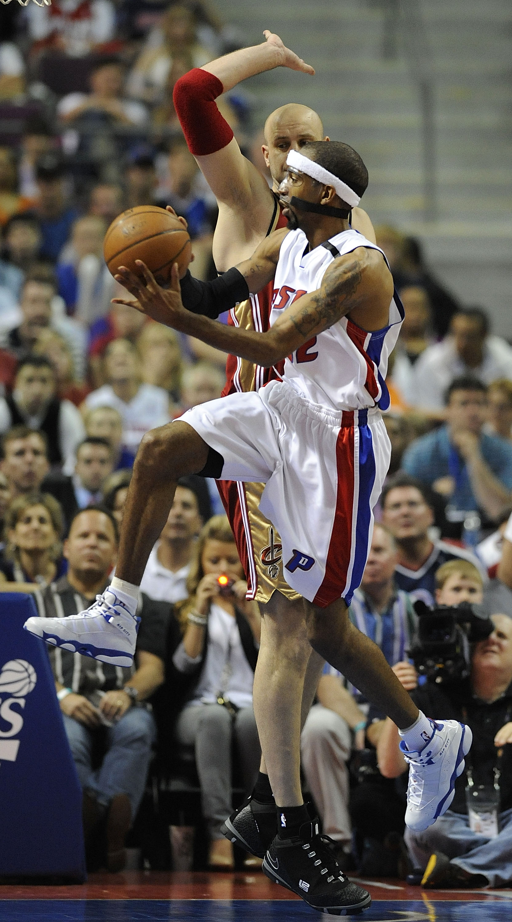 AUBURN HILLS, MI - APRIL 26:  Richard Hamilton #32 of the Detroit Pistons looks for a open pass around Zydrunas Ilgauskas #11 of the Cleveland Cavaliers in Game Four of the Eastern Conference Quarterfinals during the 2009 NBA Playoffs at the Palace of Aub