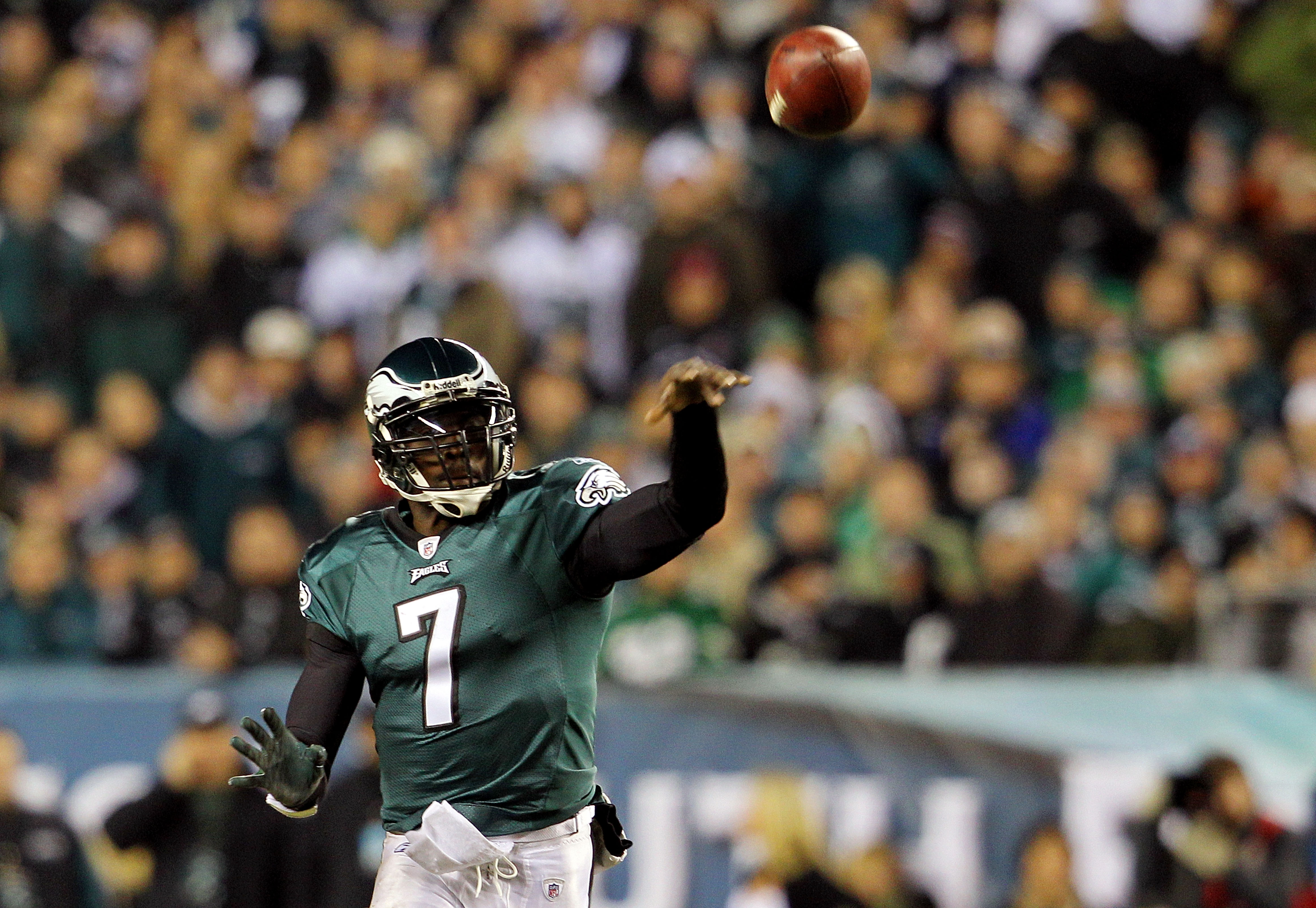 PHILADELPHIA - NOVEMBER 21:  Michael Vick #7 of the Philadelphia Eagles passes against the New York Giants at Lincoln Financial Field on November 21, 2010 in Philadelphia, Pennsylvania.  (Photo by Michael Heiman/Getty Images)