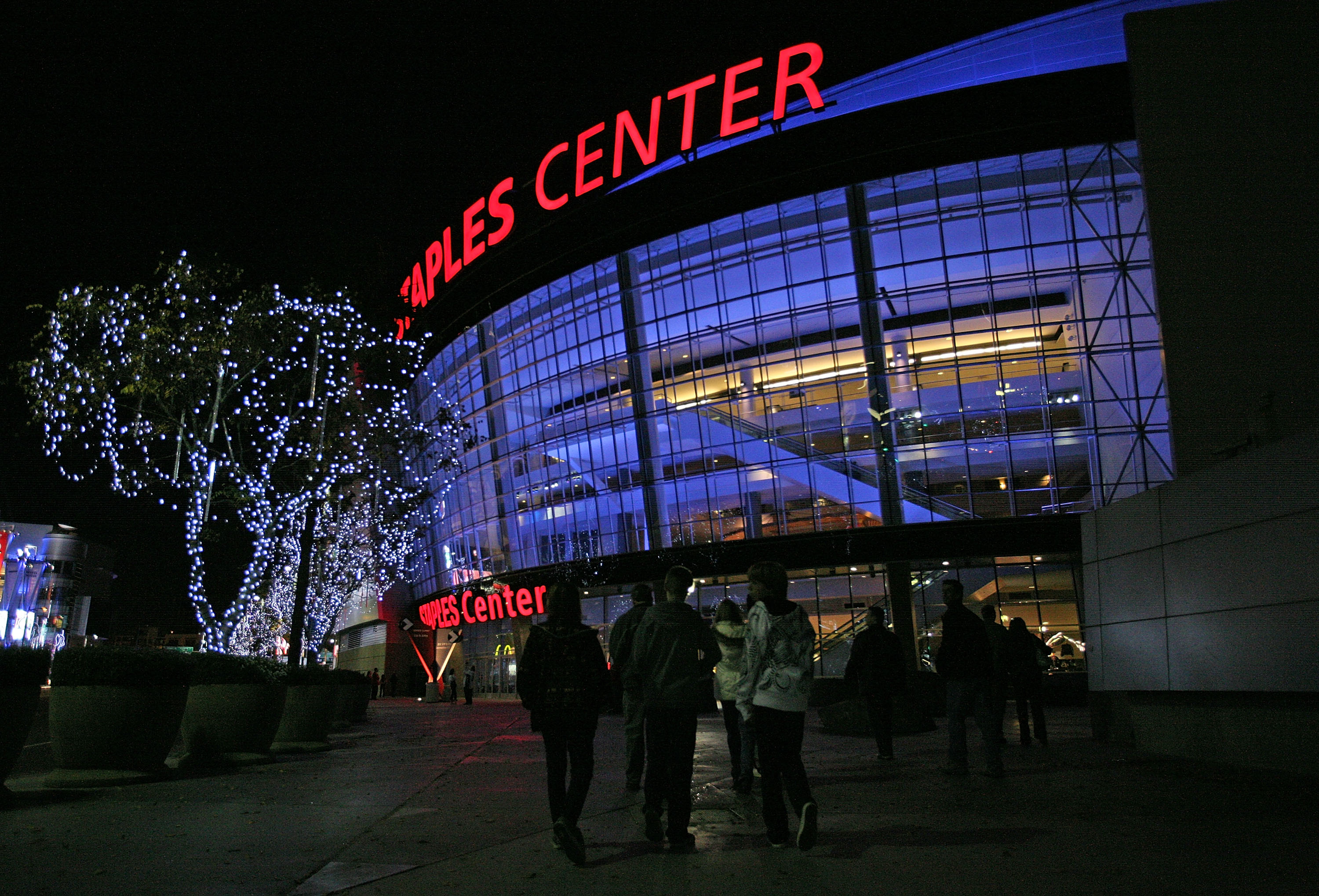 LOS ANGELES, CA - JANUARY 10:  Fans arrive for the game between the New Jersey Devils and the Los Angeles Kings on January 10, 2009 at the Staples Center in Los Angeles, California. (Photo by Bruce Bennett/Getty Images)