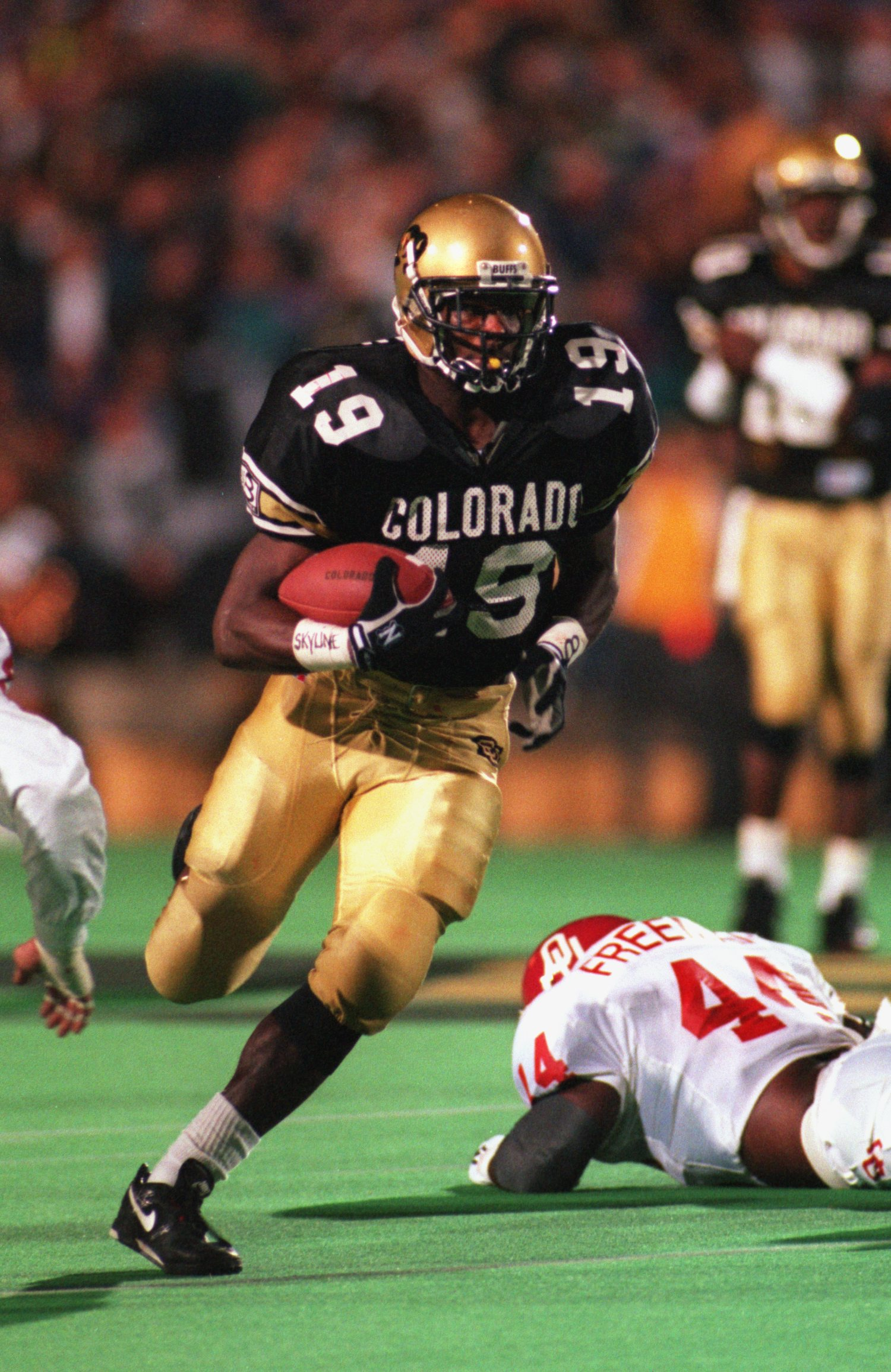 15 Oct 1994: COLORADO RUNNING BACK RASHAAN SALAAM BREAKS INTO THE OPEN FIELD DURING THE BUFFALOES 45-7 VICTORY OVER THE OKLAHOMA SOONERS IN A BIG EIGHT GAME AT FOLSOM FIELD IN BOULDER, COLORADO.