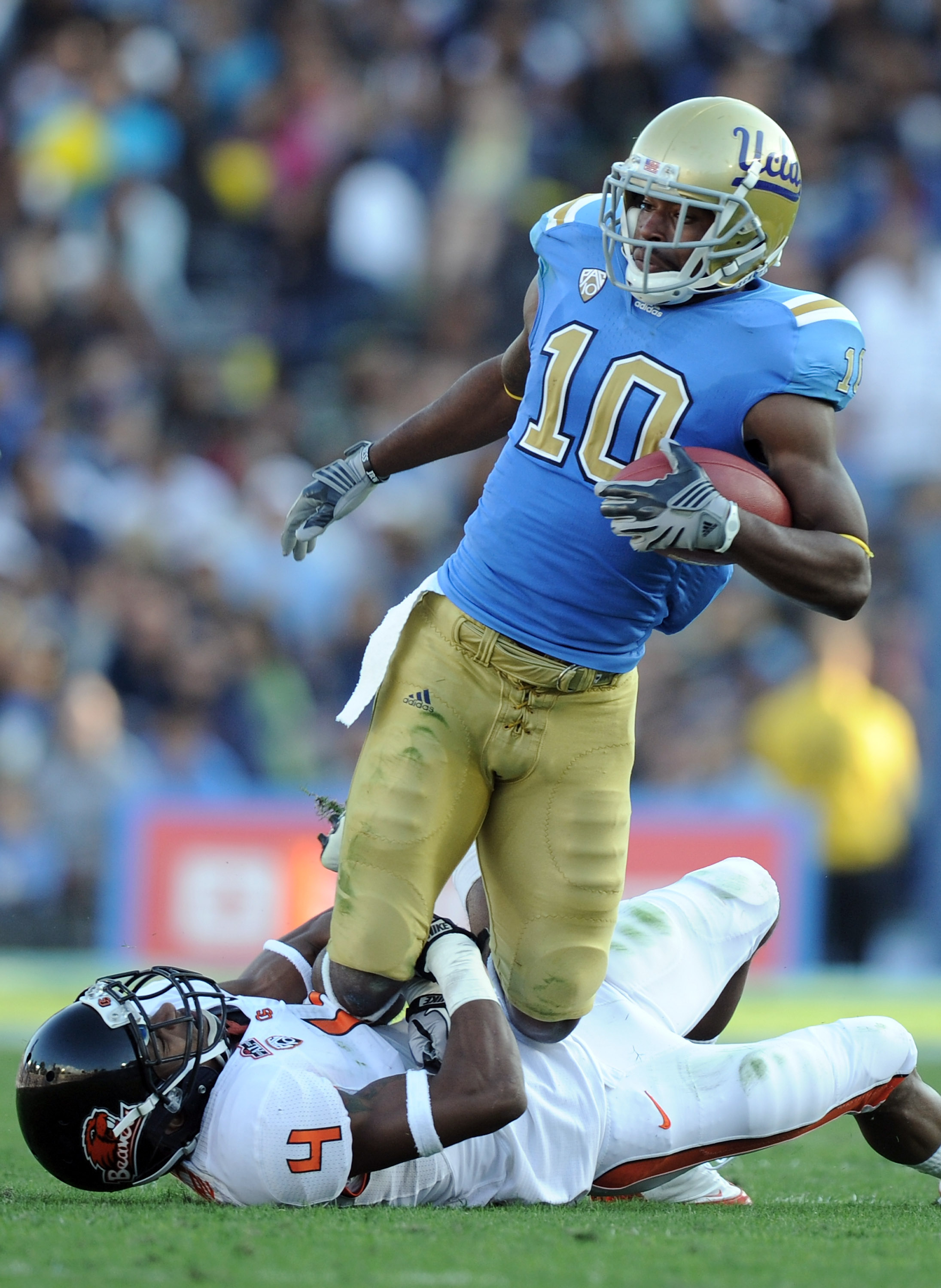 PASADENA, CA - NOVEMBER 06:  Akeem Ayers #10 of the UCLA Bruins attempts to break free from James Dockery #4 of the Oregon State Beavers at the Rose Bowl on November 6, 2010 in Pasadena, California.  (Photo by Harry How/Getty Images)