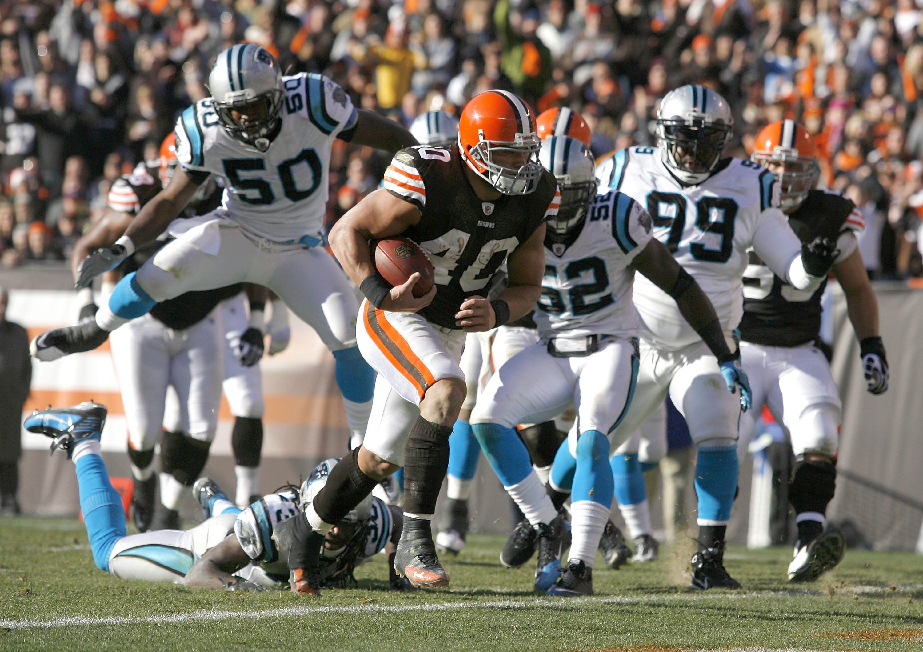 CLEVELAND - NOVEMBER 28:  Running back Peyton Hillis #40 of the Cleveland Browns scores against the Carolina Panthers at Cleveland Browns Stadium on November 28, 2010 in Cleveland, Ohio.  (Photo by Matt Sullivan/Getty Images)
