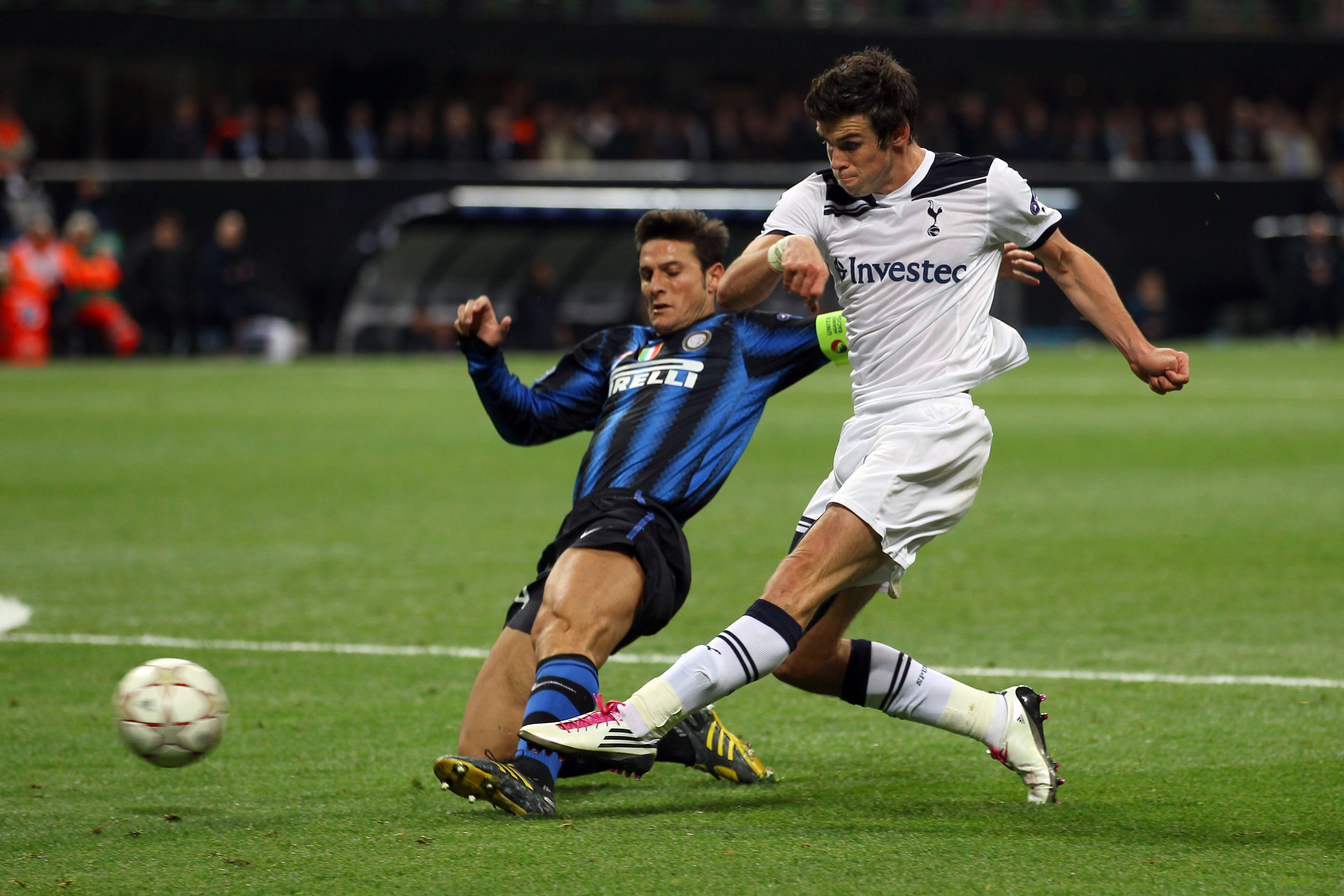 MILAN, ITALY - OCTOBER 20:  Gareth Bale of Tottenham Hotspur scores his second goal during the UEFA Champions League Group A match between FC Internazionale Milano and Tottenham Hotspur at the Stadio Giuseppe Meazza on October 20, 2010 in Milan, Italy.  (