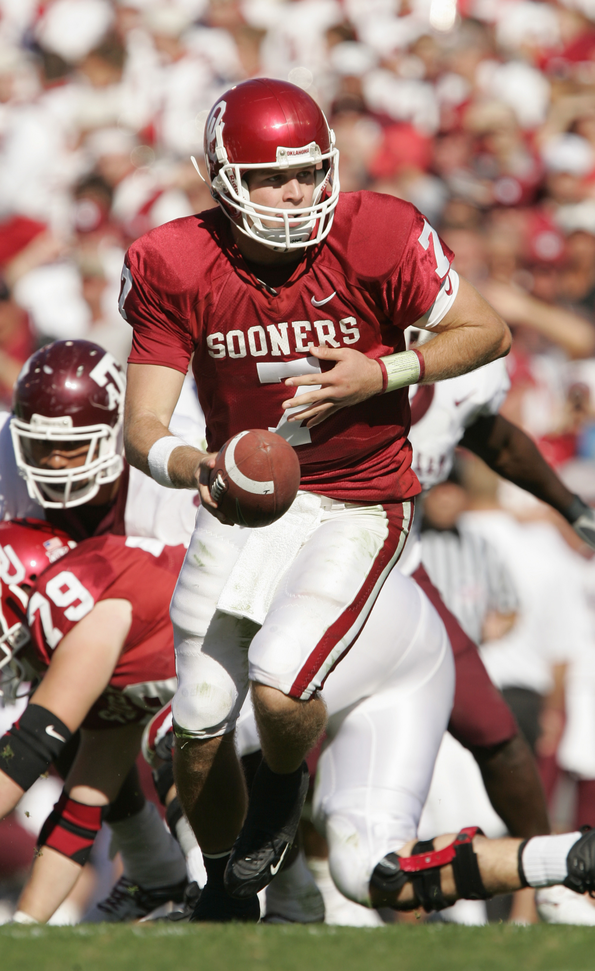 NORMAN, OK - NOVEMBER 12:  Quarterback Rhett Bomer #7 of the Oklahoma Sooners moves to hand-off during the game against the Texas A&M Aggies on November 12, 2005 at Memorial Stadium in Norman, Oklahoma.  The Sooners won 36-30.  (Photo by Brian Bahr/Getty