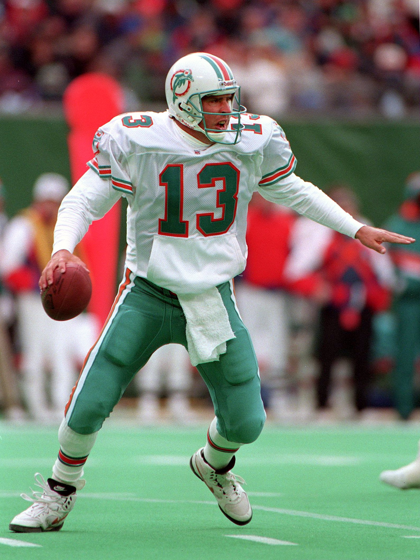 27 Nov 1994: MIAMI DOLPHINS QUARTERBACK DAN MARINO IN ACTION DURING THE FIRST HALF OF THE JETS V MIAMI GAME AT GIANTS STADIUM IN THE MEADOWLANDS, NJ. MARINO FINISHED THE DAY, 31 OF 44 FOR 359 YARDS AND FOUR TOUCHDOWNS TO WIDE RECEIVER MARK INGRAM, AS THE