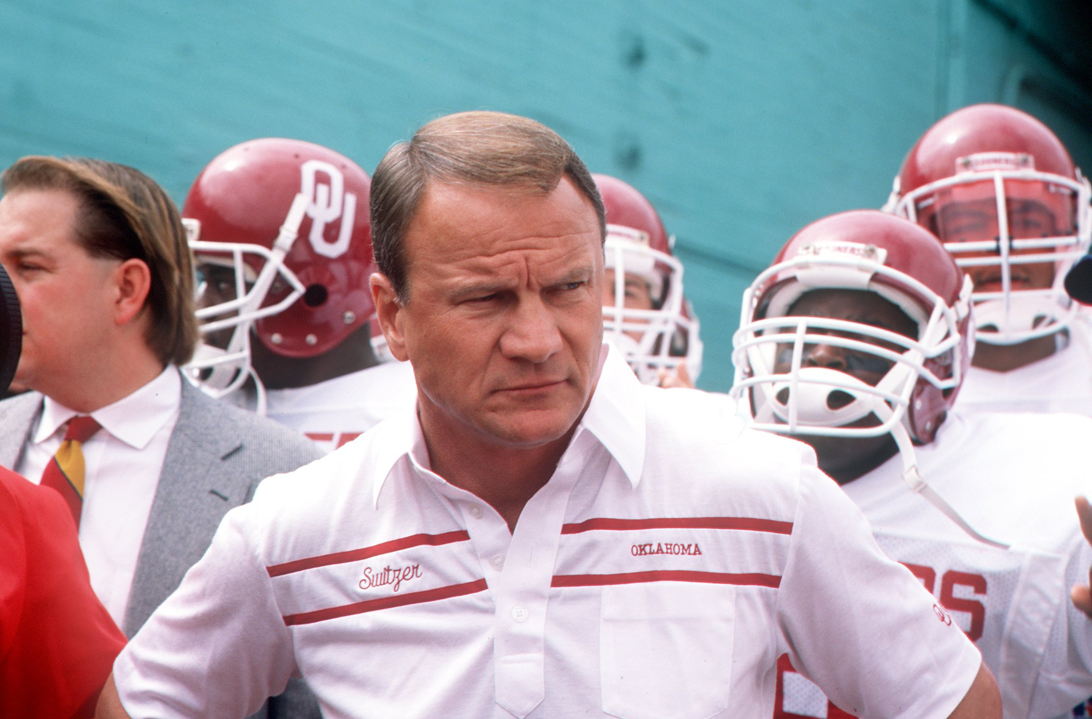 24 SEP 1988:  UNIVERSITY OF OKLAHOMA FOOTBALL COACH BARRY SWITZER WITH HIS TEAM BEFORE THE SOONERS 23-7 LOSS TO THE USC TROJANS.  Mandatory Credit: STEPHEN DUNN/ALLSPORT