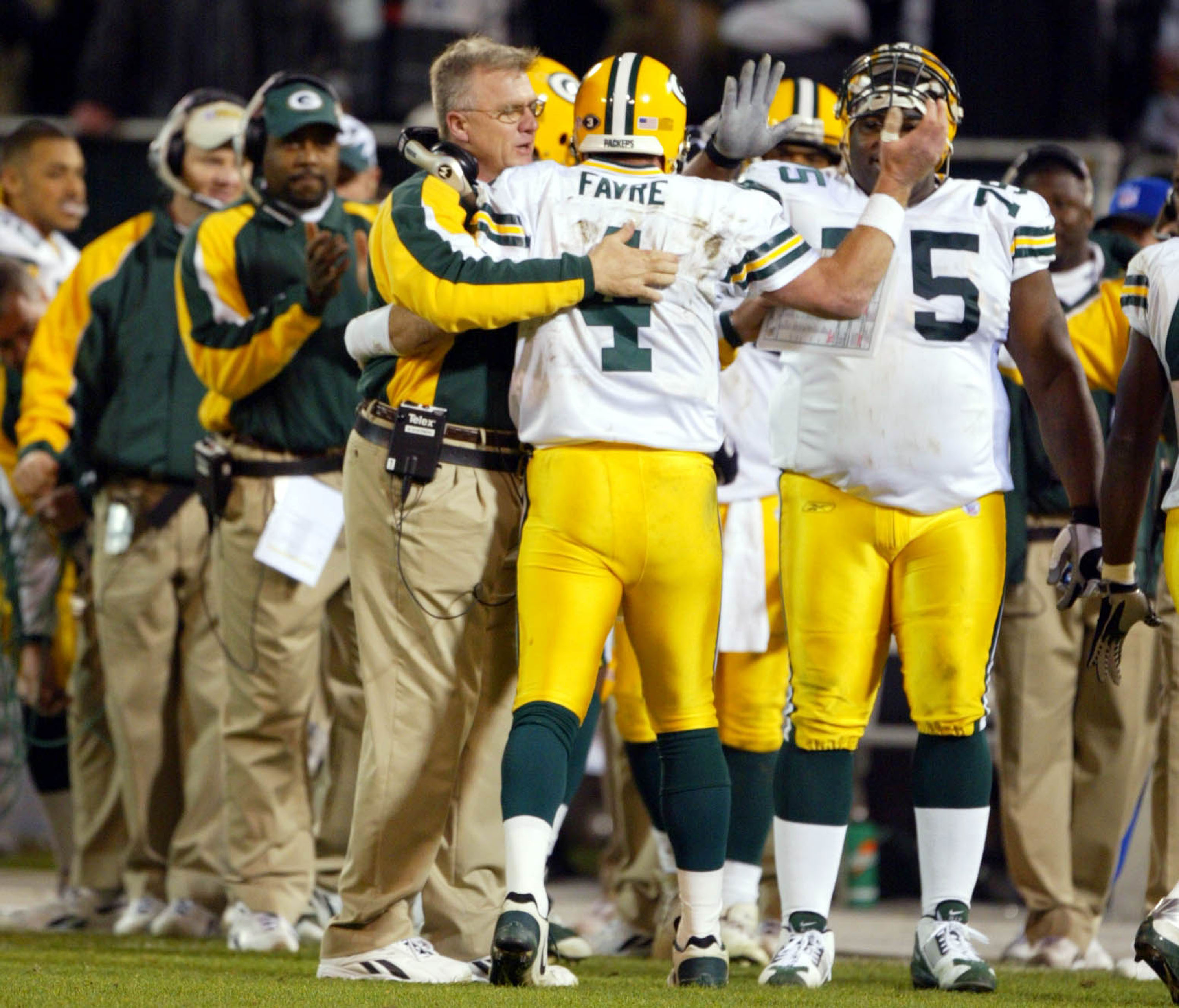 OAKLAND, CA - DECEMBER 22:  Head coach Mike Sherman congratulates Brett Favre #4 of the Green Bay Packers after throwing his fourth TD of the half against the Oakland Raiders during an NFL game on December 22, 2003  at the Network Associates Coliseum in O