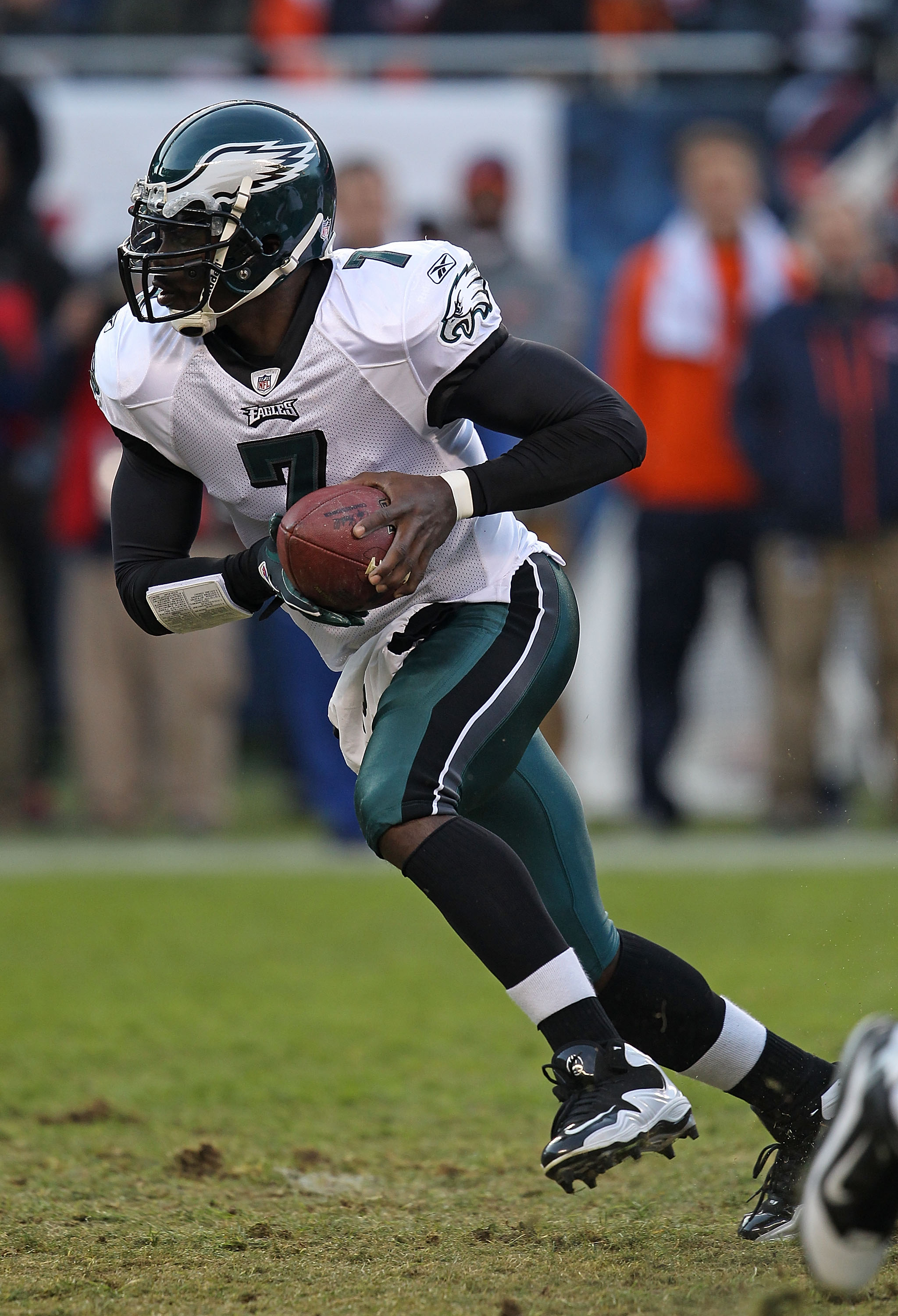 CHICAGO - NOVEMBER 28: Michael Vick #7 of the Philadelphia Eagles runs against the Chicago Bears trail the play at Soldier Field on November 28, 2010 in Chicago, Illinois. The Bears defeated the Eagles 31-26. (Photo by Jonathan Daniel/Getty Images)