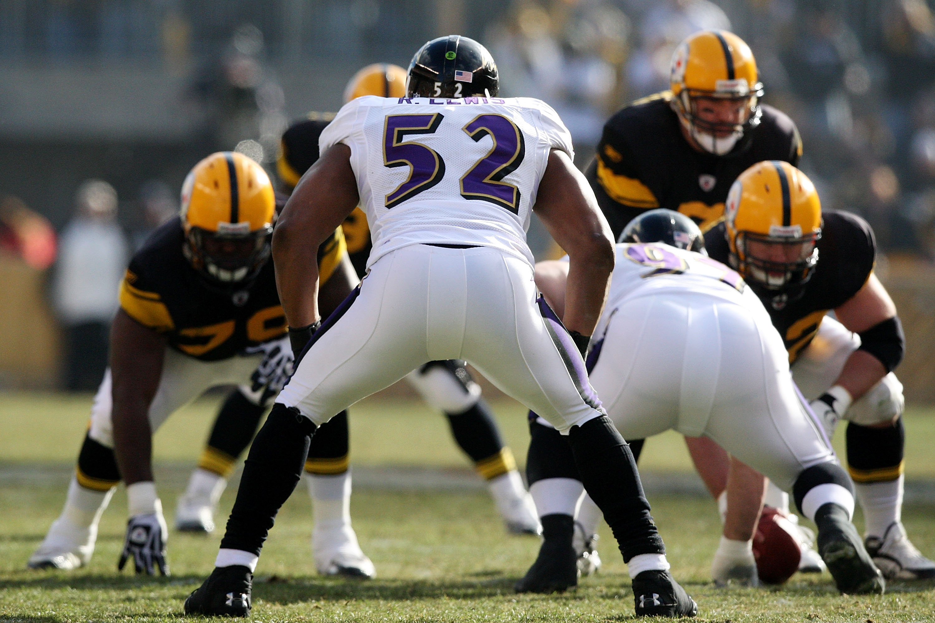 78bd6ec0e12 PITTSBURGH - DECEMBER 27  Ray Lewis  52 of the Baltimore Ravens prepares for  the