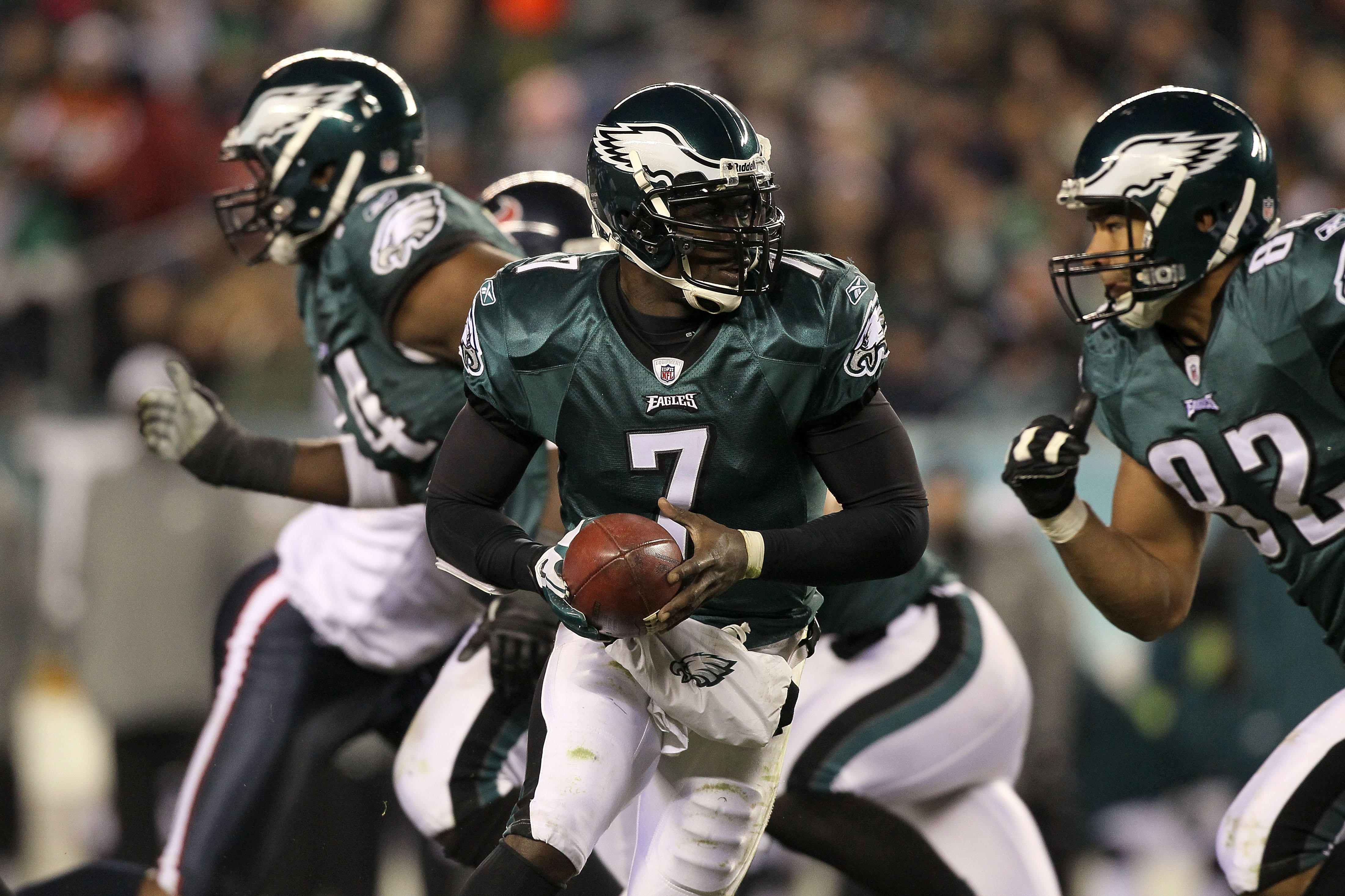PHILADELPHIA, PA - DECEMBER 02:  Michael Vick #7 of the Philadelphia Eagles turns to hand the ball off against the Houston Texans at Lincoln Financial Field on December 2, 2010 in Philadelphia, Pennsylvania.  (Photo by Jim McIsaac/Getty Images)