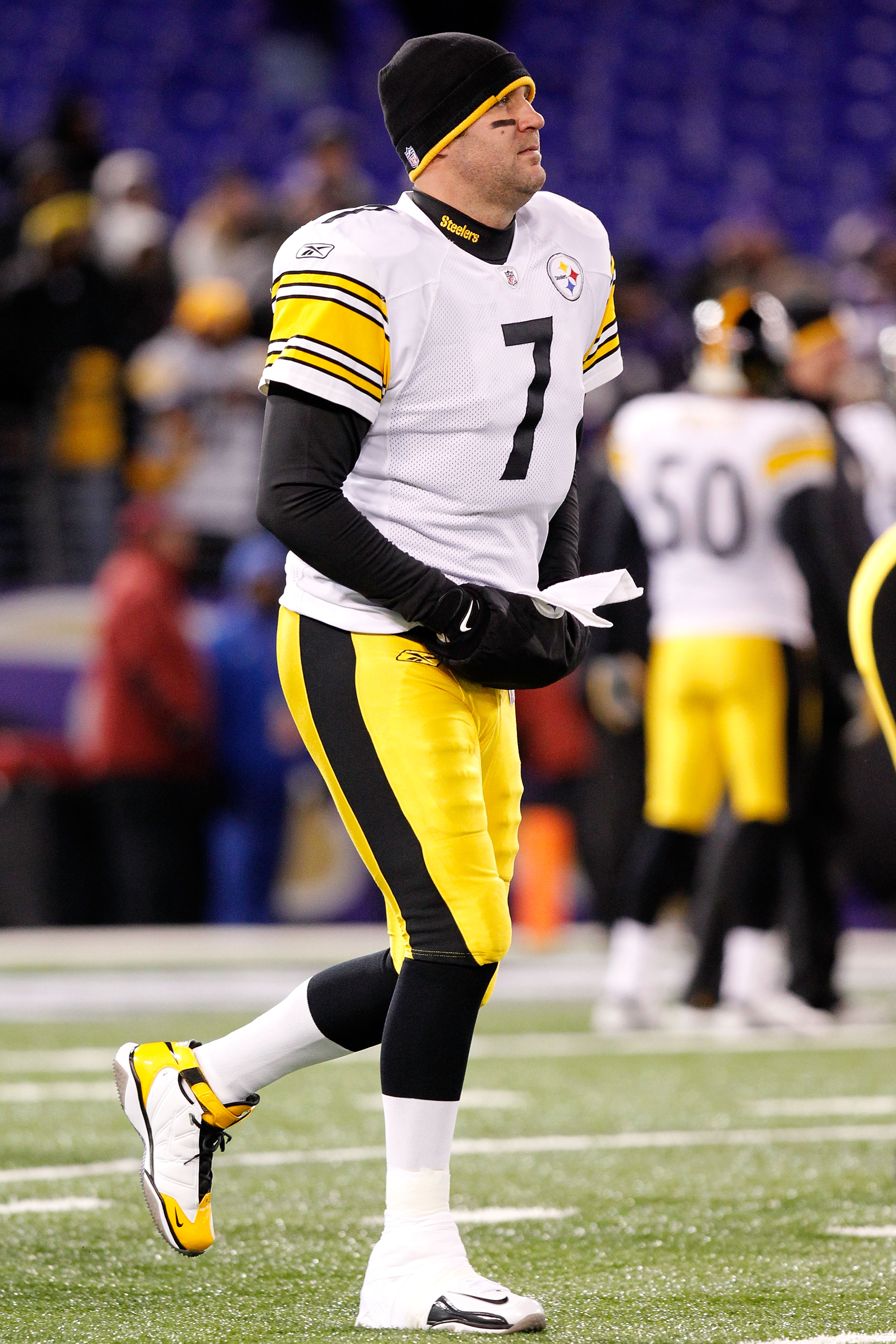 BALTIMORE, MD - DECEMBER 05:  Quarterback Ben Roethlisberger #7 of the Pittsburgh Steelers warms up before playing against the Baltimore Ravens at M&T Bank Stadium on December 5, 2010 in Baltimore, Maryland.  (Photo by Geoff Burke/Getty Images)