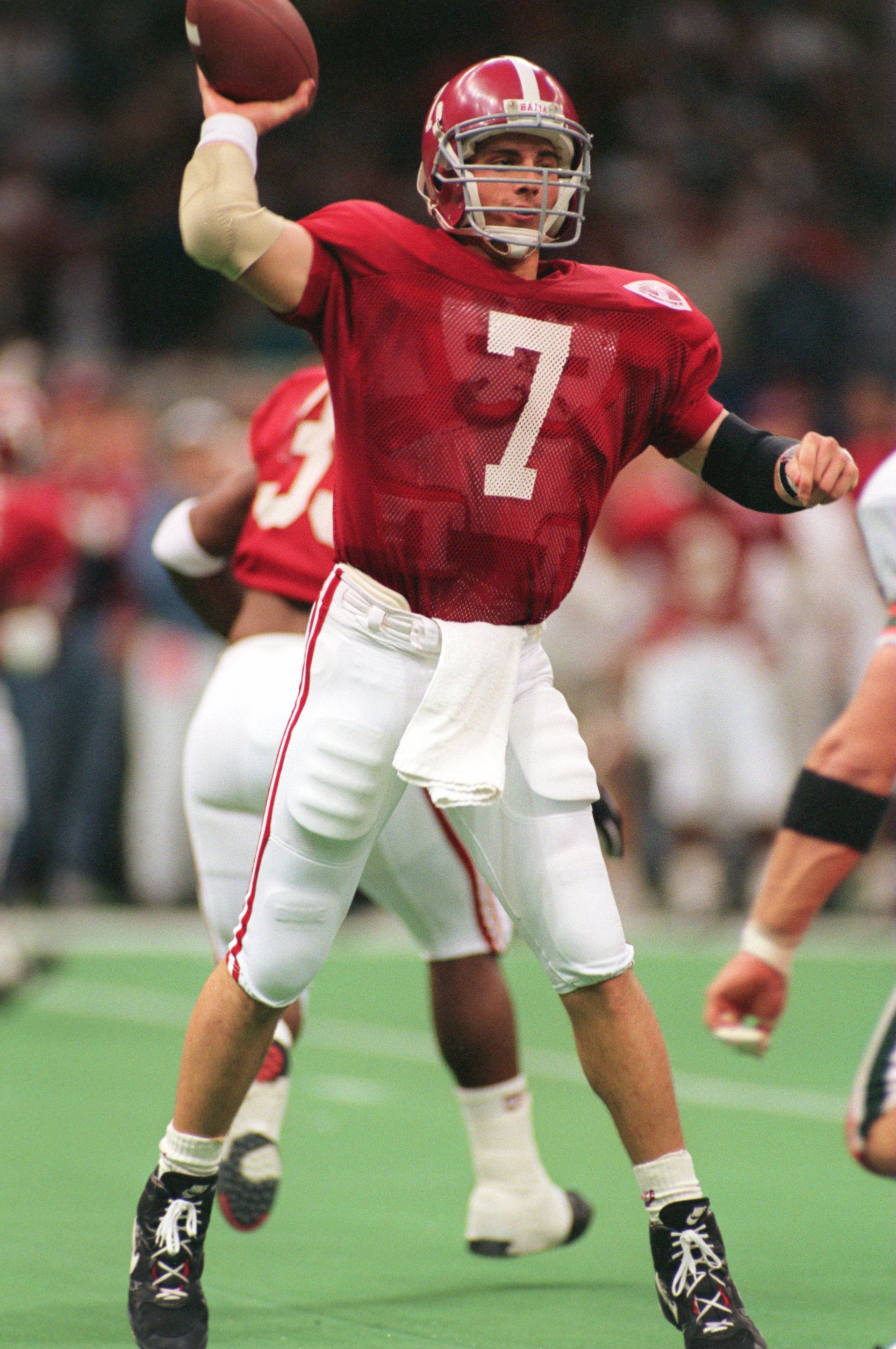 ALABAMA QUARTERBACK JAY BARKER DELIVERS A PASS FROM THE POCKET DURING THE CRIMSON TIDE'S 34-13 VICTORY OVER THE MIAMI HURRICANES IN THE 1993 SUGAR BOWL AT THE SUPERDOME IN NEW ORLEANS, LOUISIANA. WITH THE VICTORY, ALABAMA FINISHED UNDEFEATED AND WAS AWARD