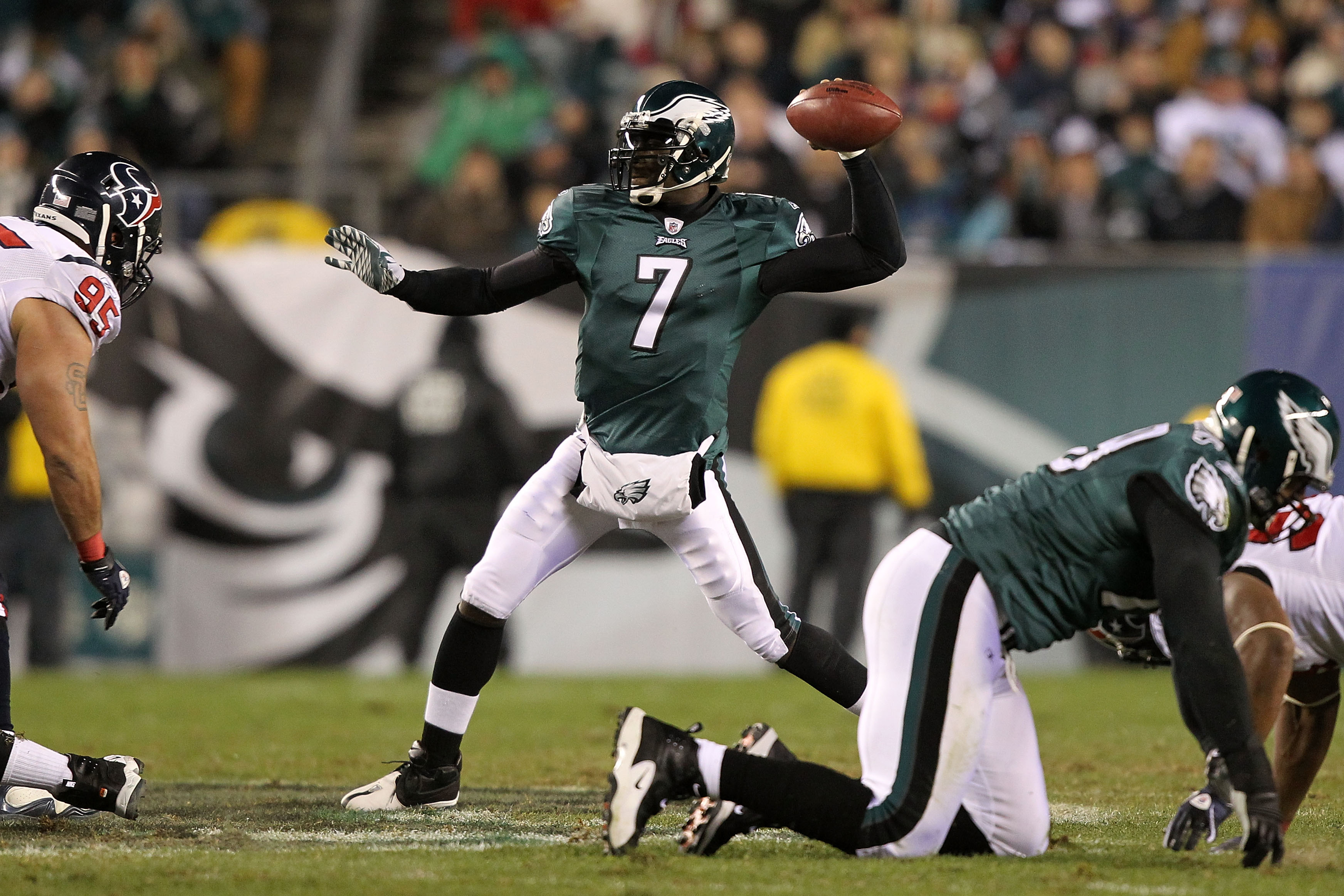 PHILADELPHIA, PA - DECEMBER 02:  Michael Vick #7 of the Philadelphia Eagles throws a pass against the Houston Texans at Lincoln Financial Field on December 2, 2010 in Philadelphia, Pennsylvania.  (Photo by Al Bello/Getty Images)