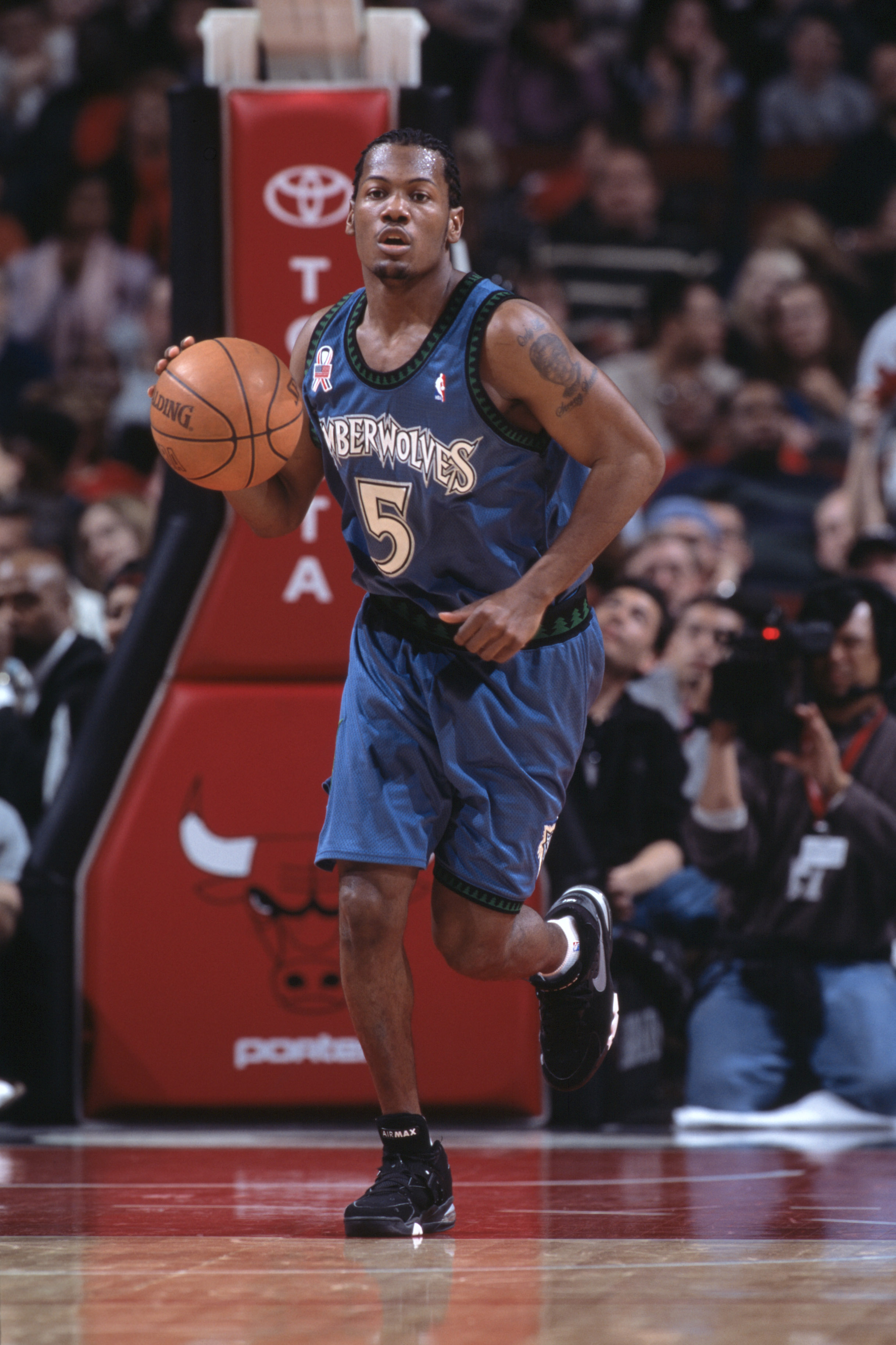 22 Dec 2001:  Point guard William Avery #5 of the Minnesota Timberwolves dribbles the ball during the NBA game against the Chicago Bulls at the United Center in Chicago, Illinois.  The  Timberwolves defeated the Bulls 95-74.Mandatory Credit: Jonathan Dani