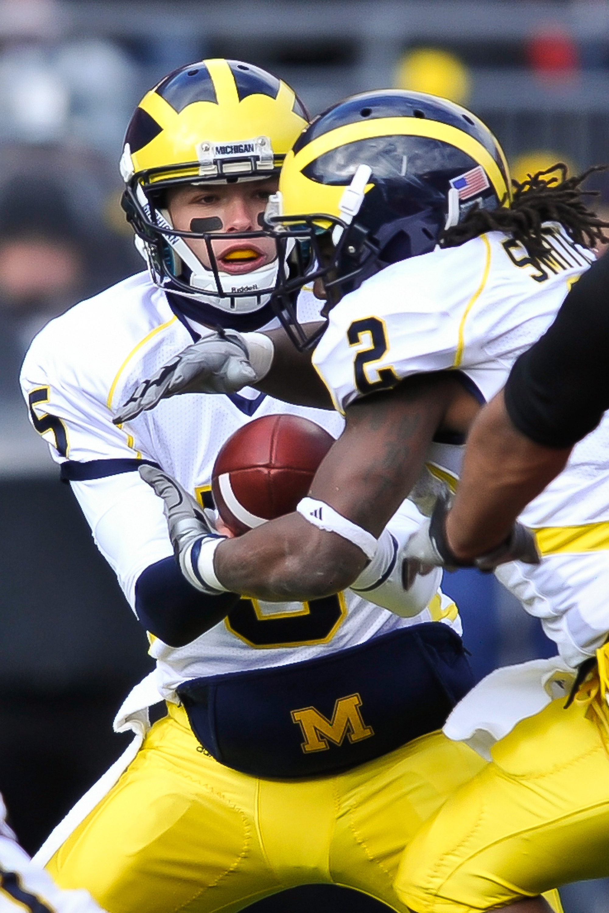 COLUMBUS, OH - NOVEMBER 27:  Quarterback Tate Forcier #5 of the Michigan Wolverines hands off to Vincent Smith #2 of the Michigan Wolverines against the Ohio State Buckeyes at Ohio Stadium on November 27, 2010 in Columbus, Ohio.  (Photo by Jamie Sabau/Get