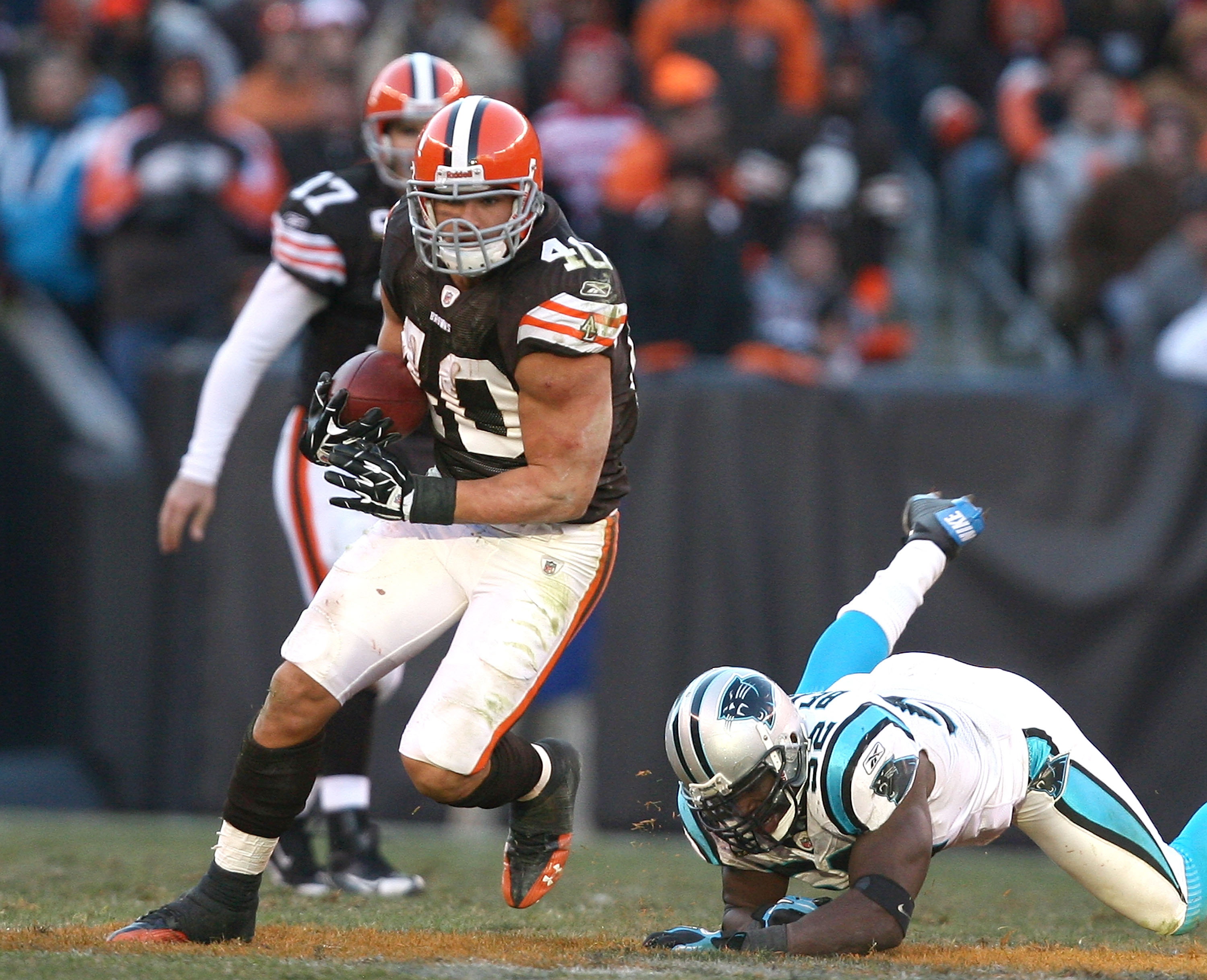 CLEVELAND - NOVEMBER 28:  Running back Peyton Hillis #40 of the Cleveland Browns runs the ball by linebacker Jon Beason #52 of the Carolina Panthers at Cleveland Browns Stadium on November 28, 2010 in Cleveland, Ohio.  (Photo by Matt Sullivan/Getty Images