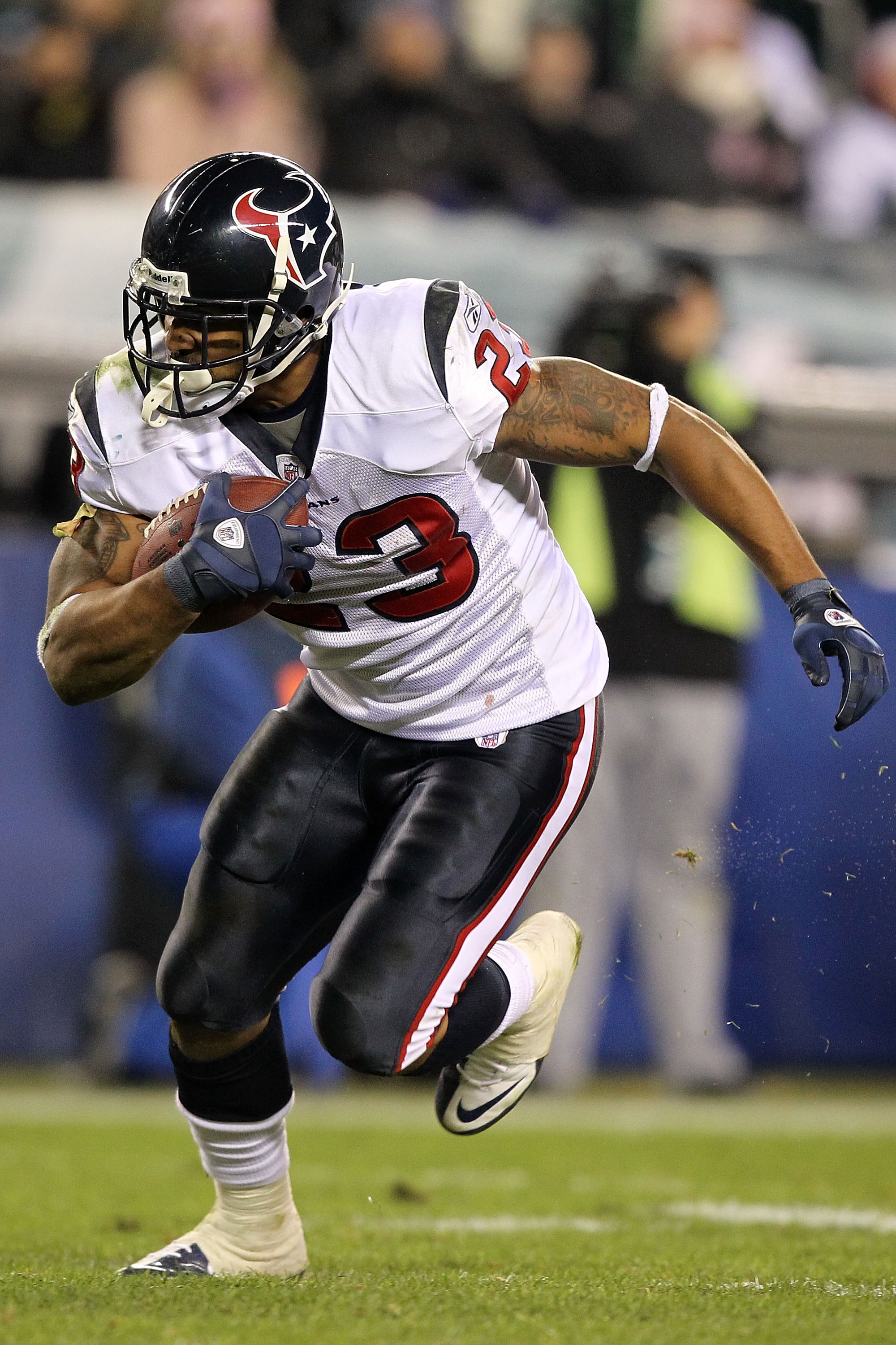 PHILADELPHIA, PA - DECEMBER 02:  Arian Foster #23 of the Houston Texans scores on a 14-yard touchdown reception in the third quarter against the Philadelphia Eagles at Lincoln Financial Field on December 2, 2010 in Philadelphia, Pennsylvania.  (Photo by A