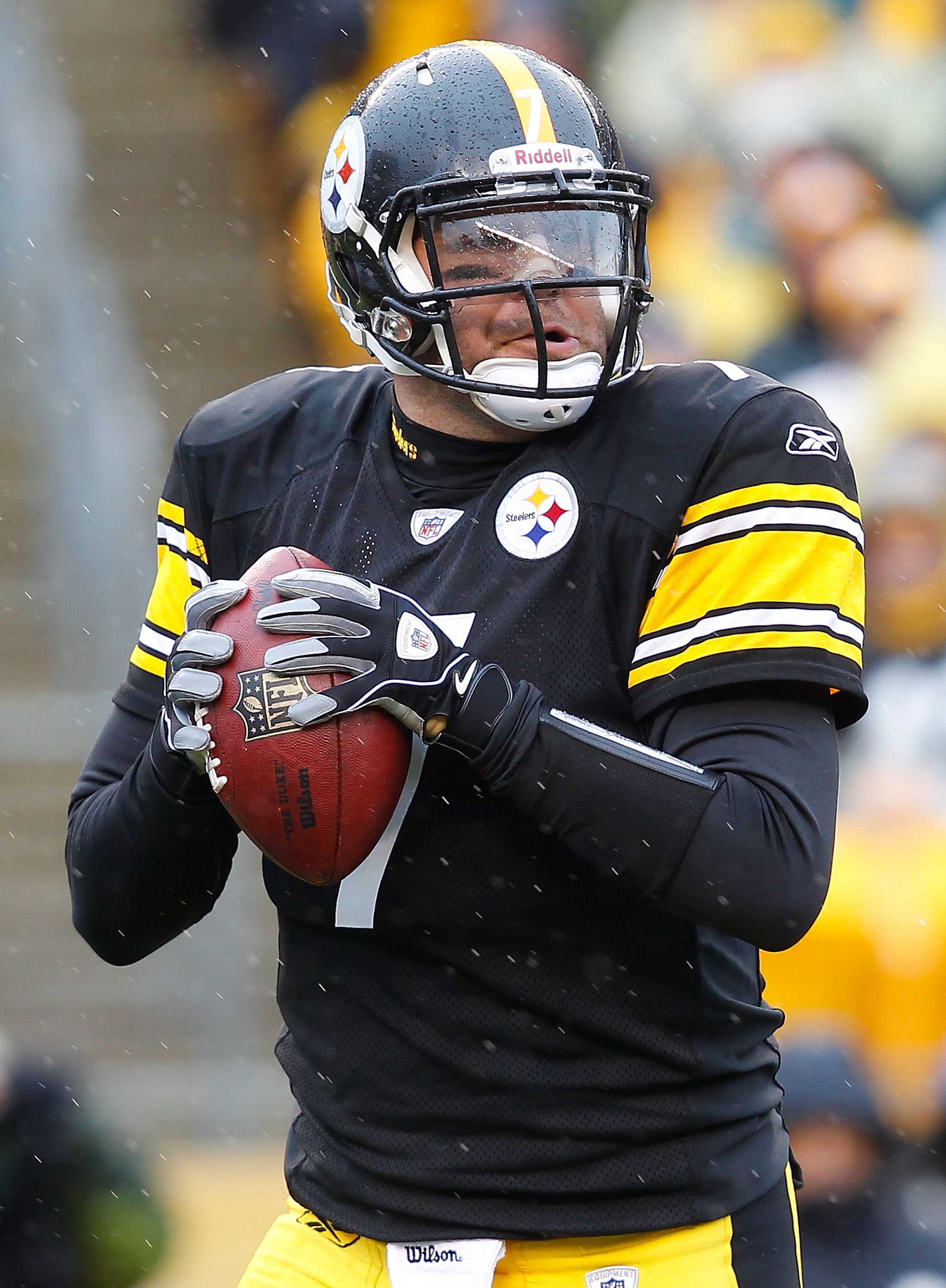 PITTSBURGH - DECEMBER 12:  Ben Roethlisberger #7 of the Pittsburgh Steelers drops back to pass against the Cincinnati Bengals during the game on December 12, 2010 at Heinz Field in Pittsburgh, Pennsylvania.  (Photo by Jared Wickerham/Getty Images)