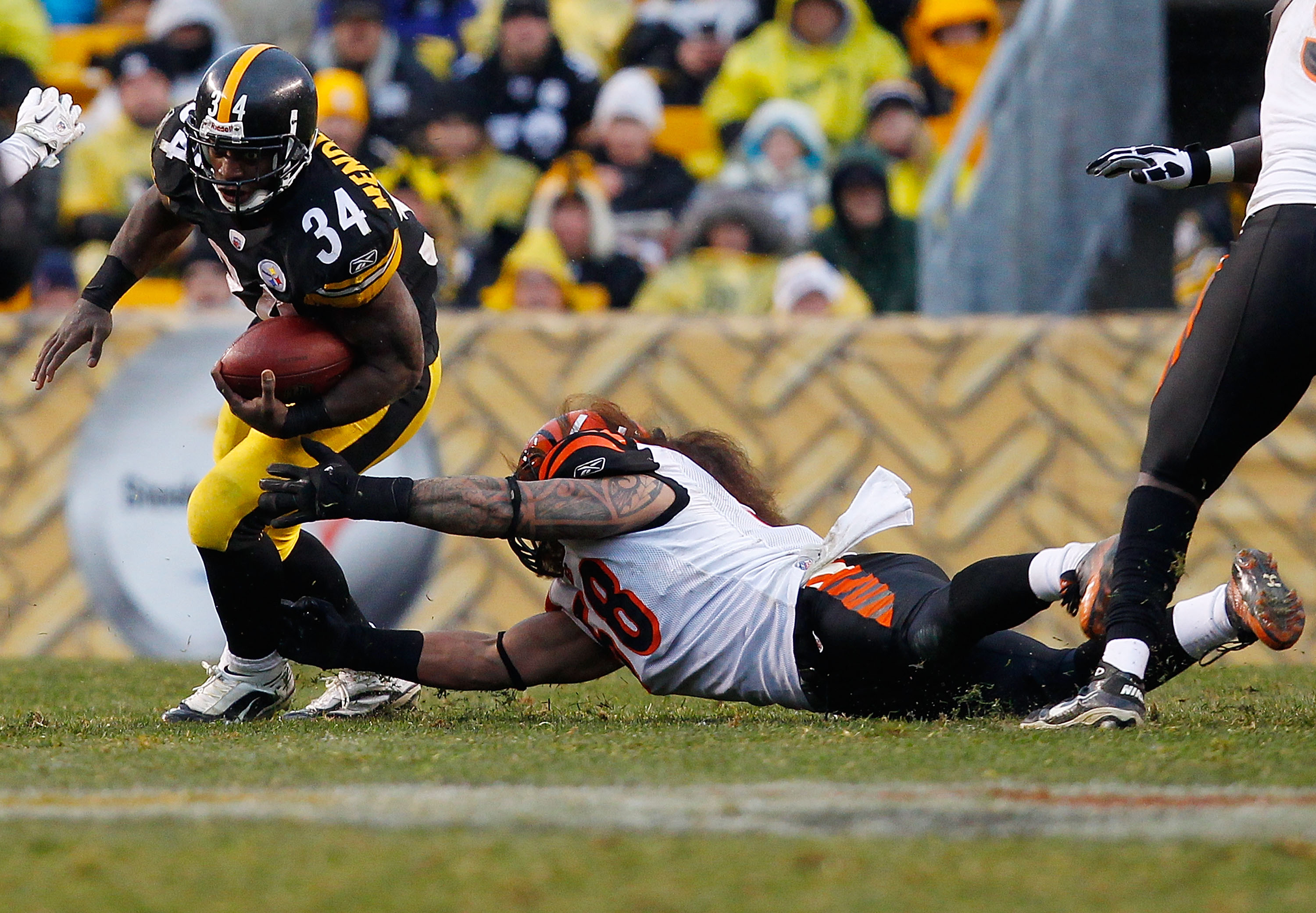 PITTSBURGH - DECEMBER 12:  Rashard Mendenhall #34 of the Pittsburgh Steelers runs with the ball against the Cincinnati Bengals during the game on December 12, 2010 at Heinz Field in Pittsburgh, Pennsylvania.  (Photo by Jared Wickerham/Getty Images)